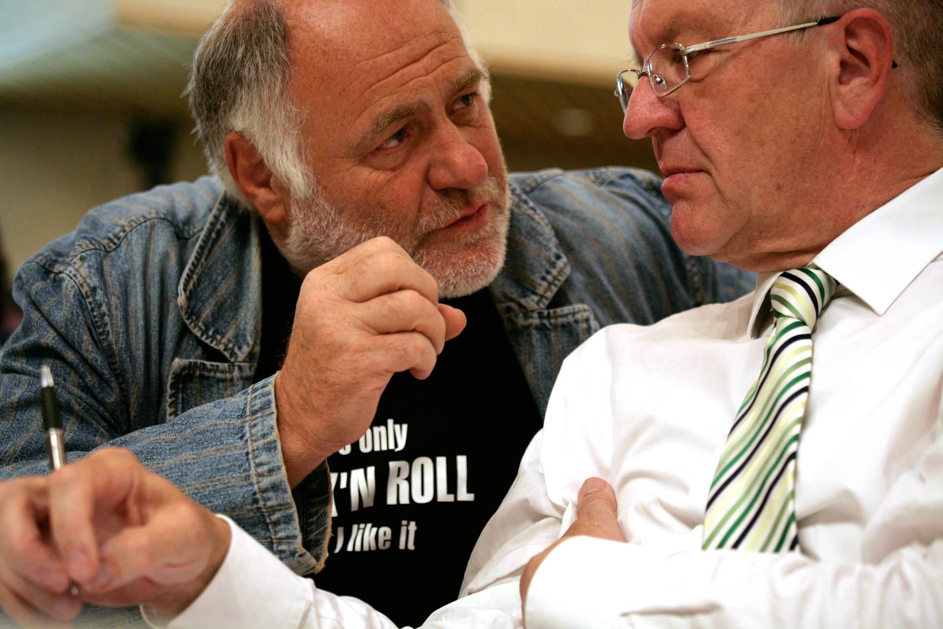 Reza Schlauch diskutiert mit Winfried Kretschmann auf dem Sonder-Landesparteitag von BÜNDNIS 90 - DIE GRÜNEN ( 2011), in Stuttgart
