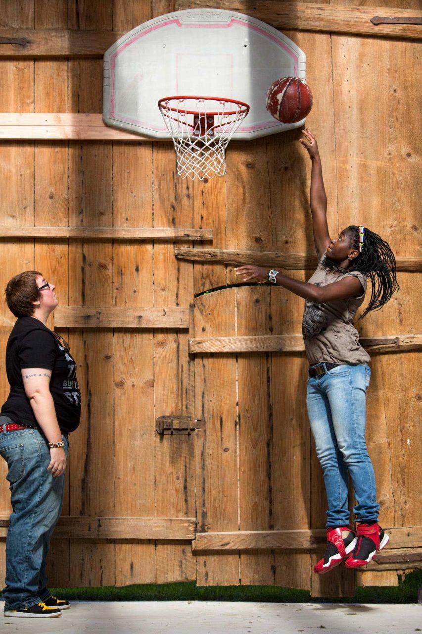 """""""Zum Basketballspielen fand Adelaide in Südafrika. Dort wurde sie vor 25 Jahren geboren. Jemand zeigte ihr vor den Semesterferien, sie studierte Sozialarbeit an der Universität in Venda, wie man in den Korb wirft. In den Ferien übte sie jeden Tag, jede Stunde. Sie wollte treffen. Sie hat gemerkt: Korbwerfen hilft gegen Traurigkeit."""""""