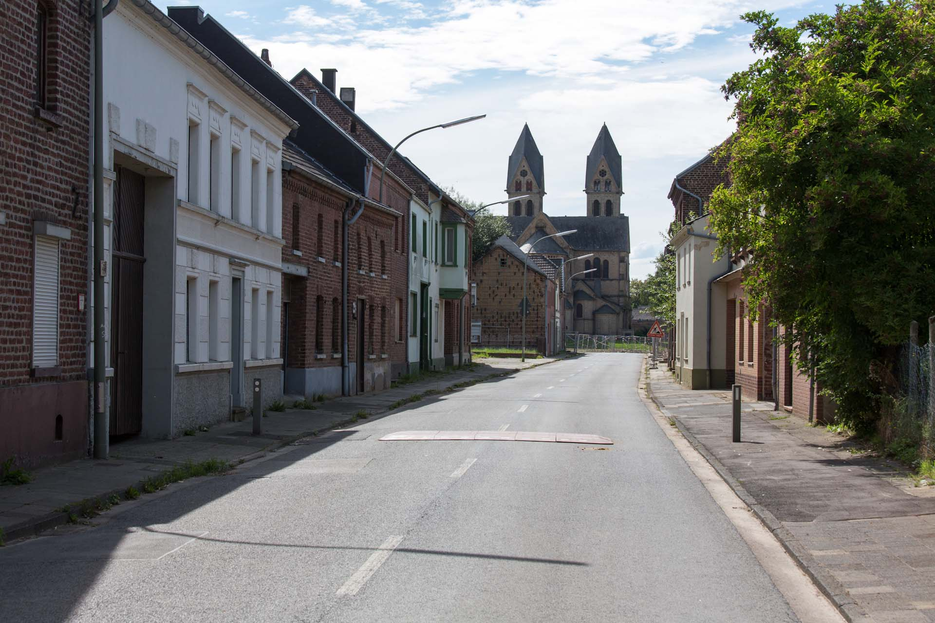 Das sterbende Dorf Immerath liegt im geplanten Braunkohletagebau Garzweiler II unmittelbar neben Garzweiler I der RWE und wird deshalb seit 2006 umgesiedelt. Große Teile des Dorfes sind bereits abgerissen worden.