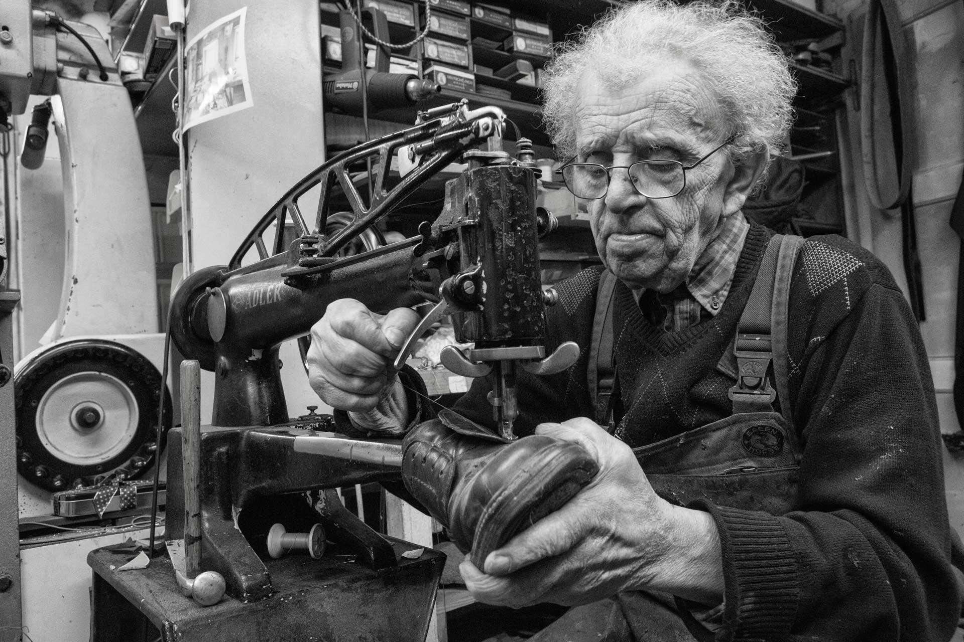 """Günter Dittes ist Schuhmacher im südbadischen Weil am Rhein. Sein Leben war Arbeit, nun wird er achtzig. An Silvester war sein letzter Arbeitstag. Die alte Nähmaschine nimmt er mit in seine Wohnung -  """"Ein Schuster, der bei den Leisten blieb"""" taz. die tageszeitung 16.09.2016"""