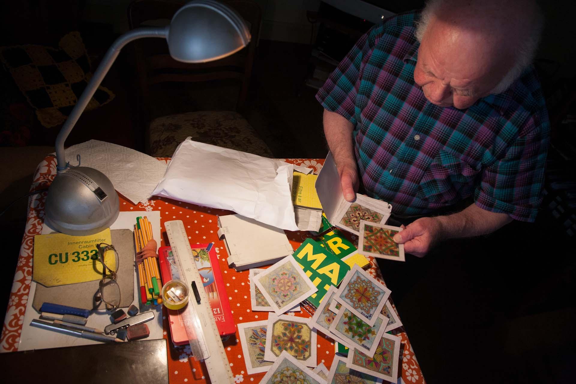 Fast alles ist klein. Die Raute, an der er radiert, die Sterne, die er malt, das niedere Zimmer mit den Deckenbalken, in dem er sitzt, ja, auch der Onkel Ernst ist klein.