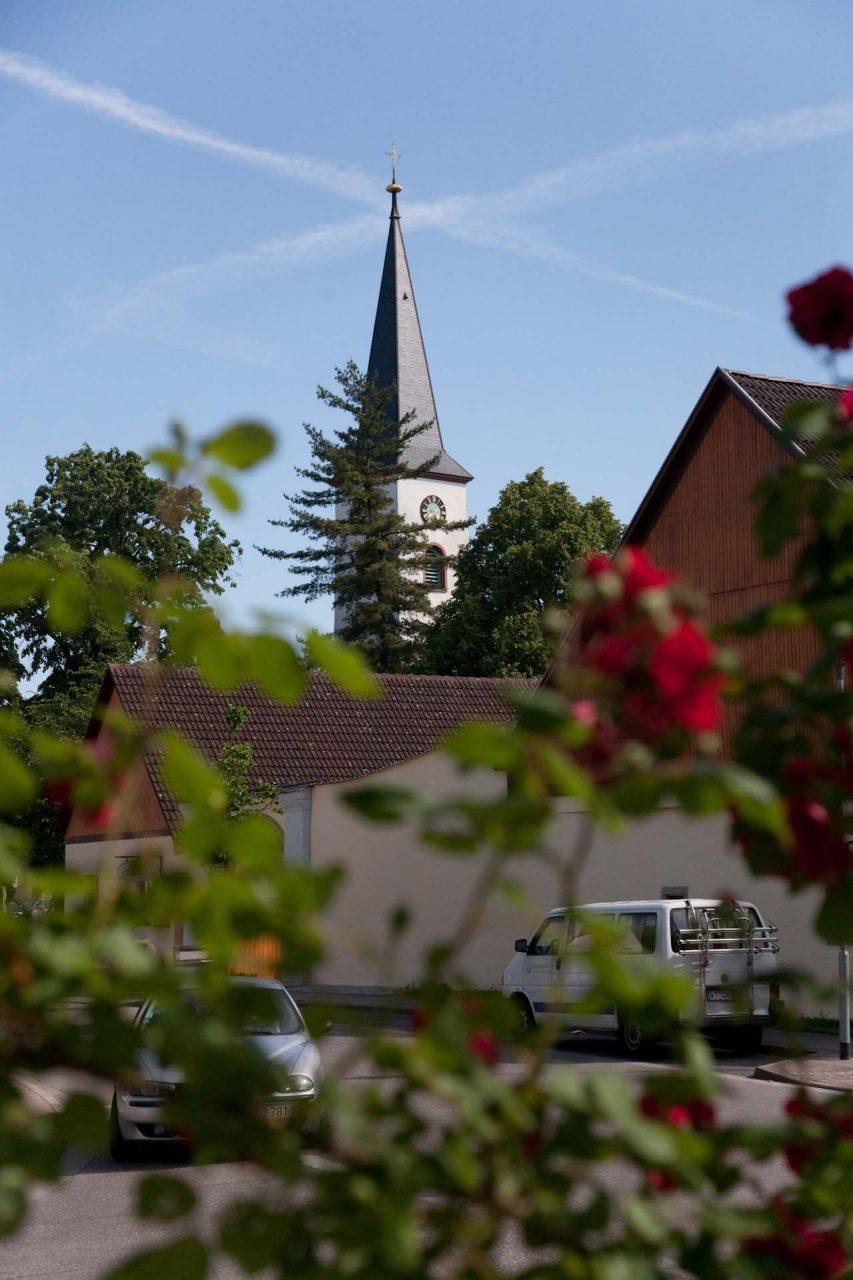 Der Onkel Ernst lebt auf dem Dorf. Immer schon. Oberrimsingen heißt es, liegt nah am Rhein und der französischen Grenze. Nur einmal war er weg, kam über Colmar, Hagenau und ein drittes Lager, dessen Namen er nicht mehr weiß, bis nach Straßburg – sechzig Kilometer nördlich vom Dorf. Seine größte Reise. Damals in der Gefangenschaft war das.