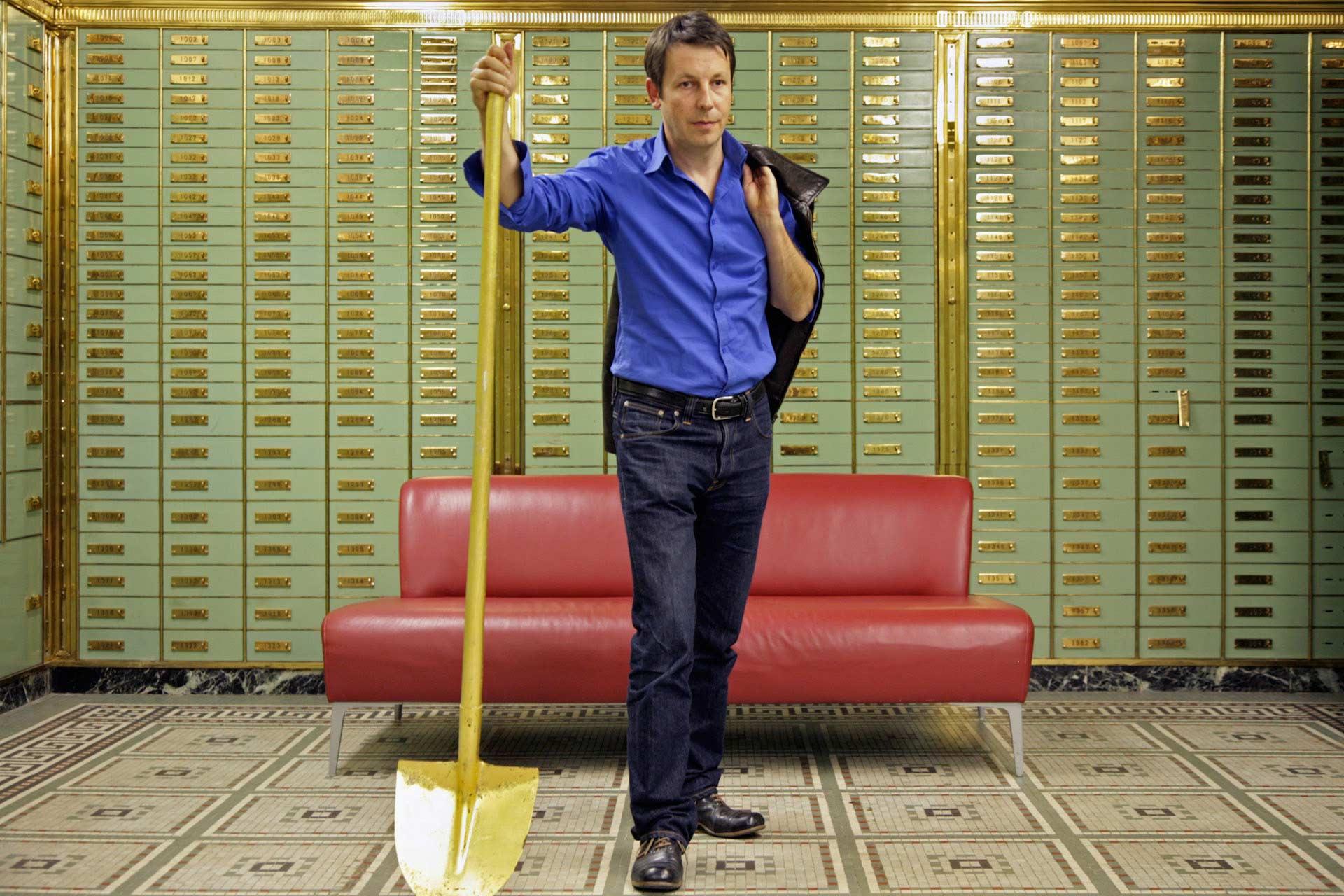 """Daniel Häni im Safe des 'unternehmen mitte' - Daniel Häni """"Der Turmbauer zu Basel"""" taz. die tageszeitung vom 15.10.2009"""