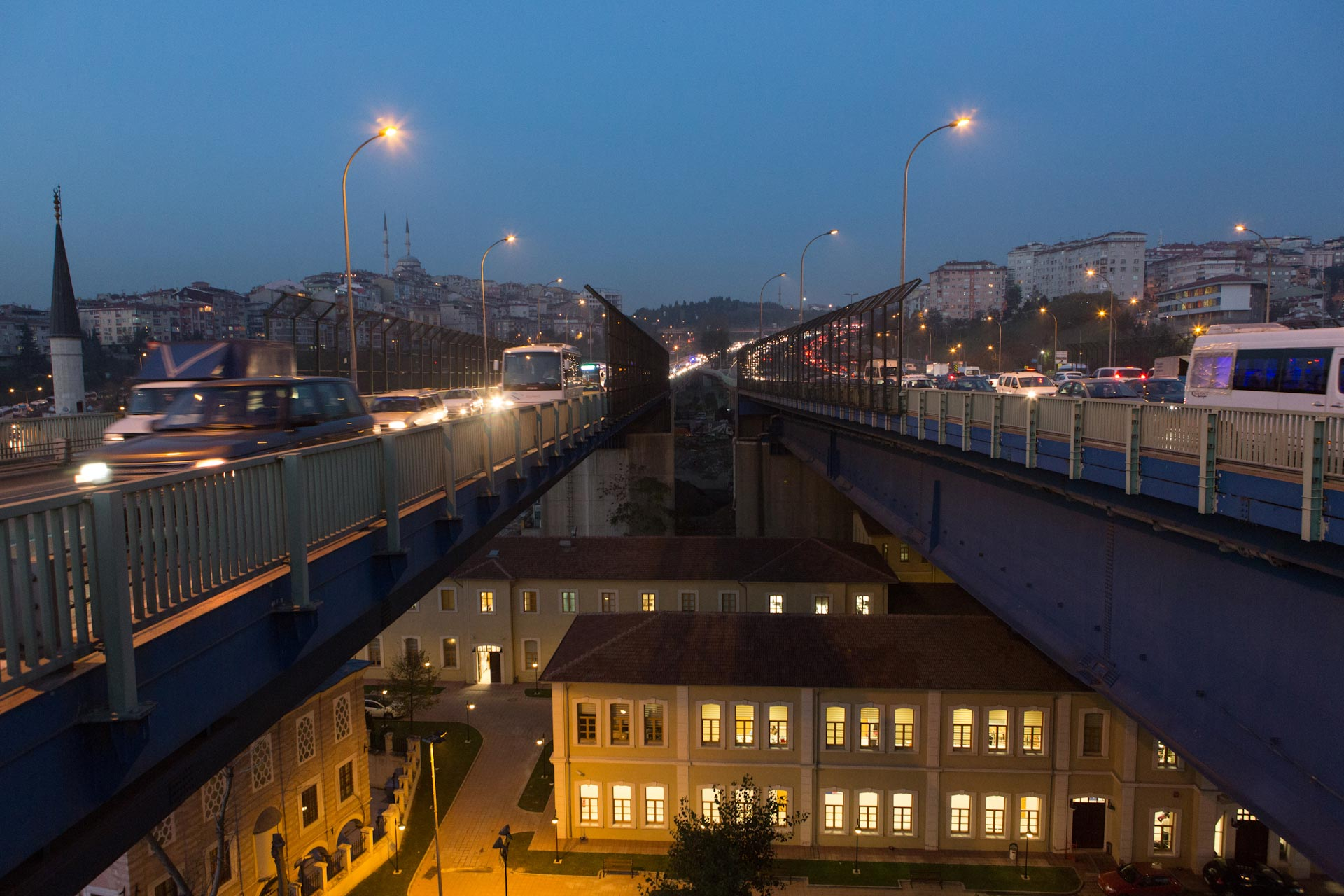 Rooring evening traffic on the Haliç Köprüsü (Bridge), which crosses the Golden Horn