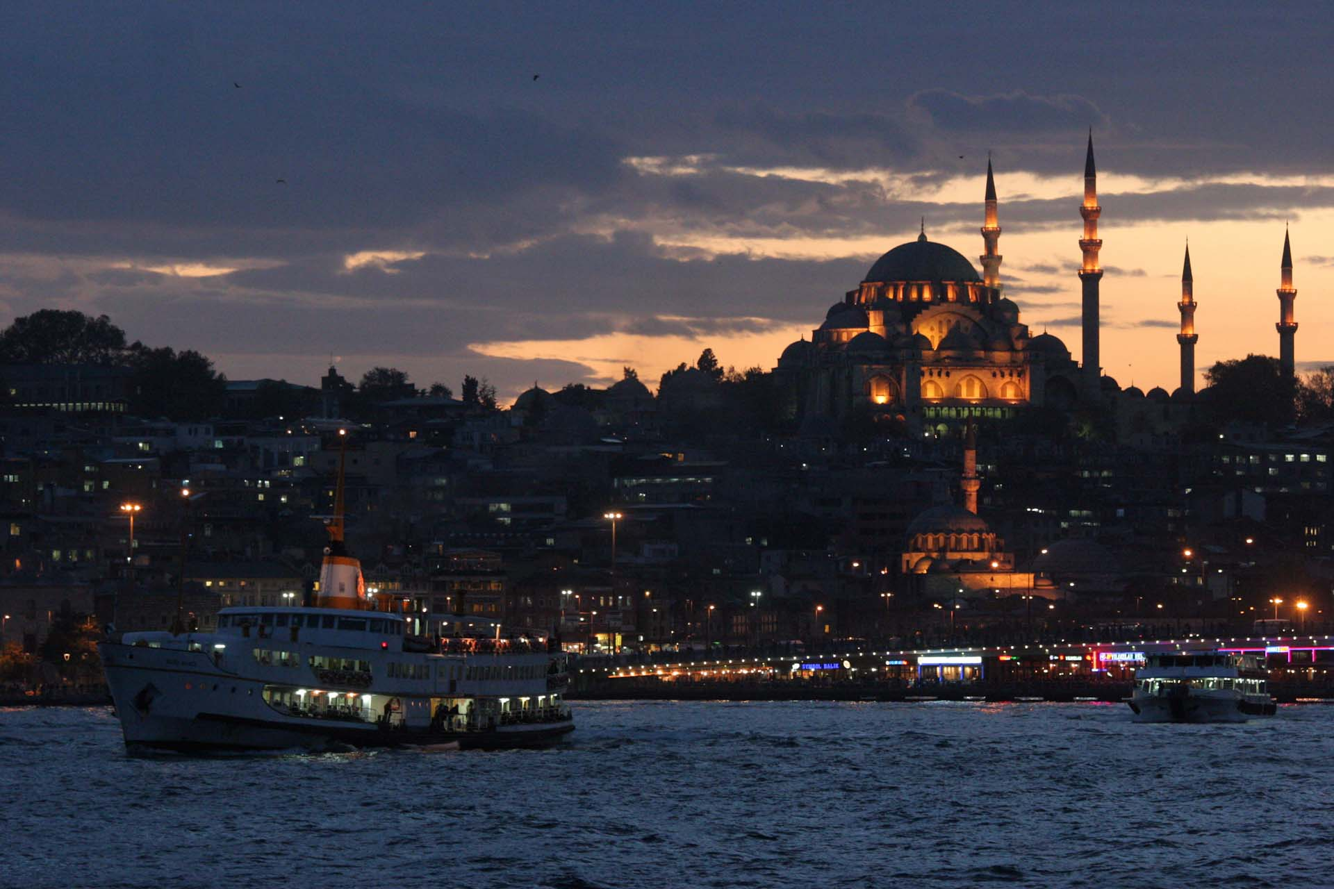 Getting dark on the Golden Horn in Eminönü