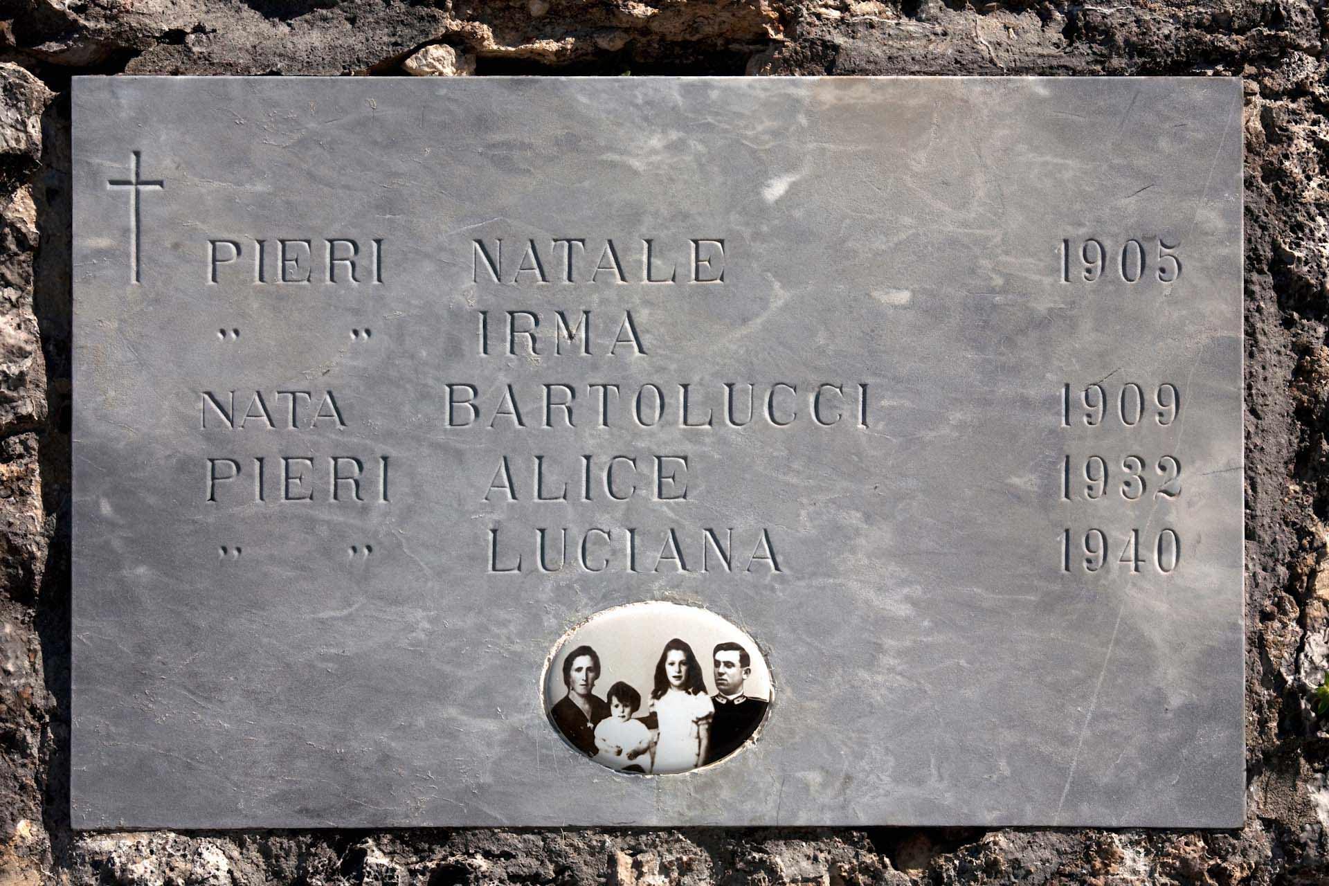 Der Gedenkstein der Schwestern und Eltern von Pieri