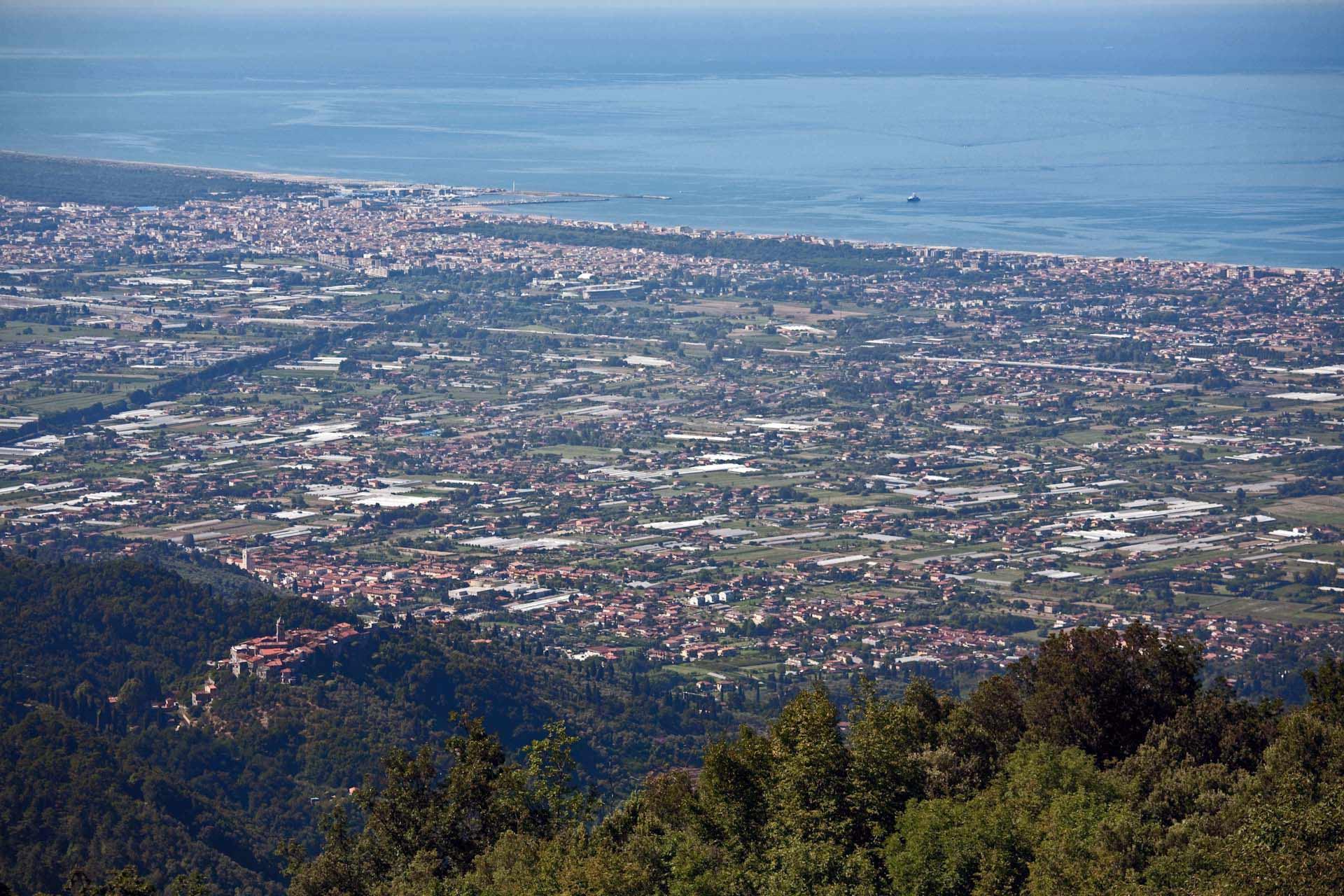 Blick von Sant'Anna auf das Vorland der Alpi Apuane, Monteggiori und Viareggio.