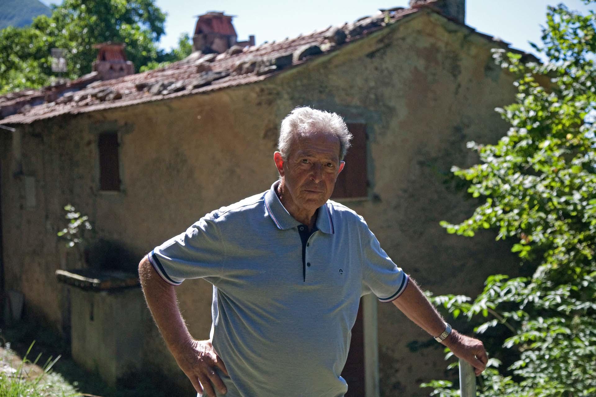 Pieri, hier vor dem Haus seiner Familie, die dort erschossen wurde.