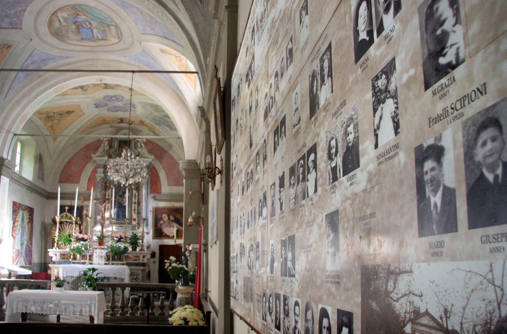 """In der Kirche, eine Gedenktafel an die Opfer des Massakers -  """"Wikipedia/ Sant'Anna di Stazzema"""