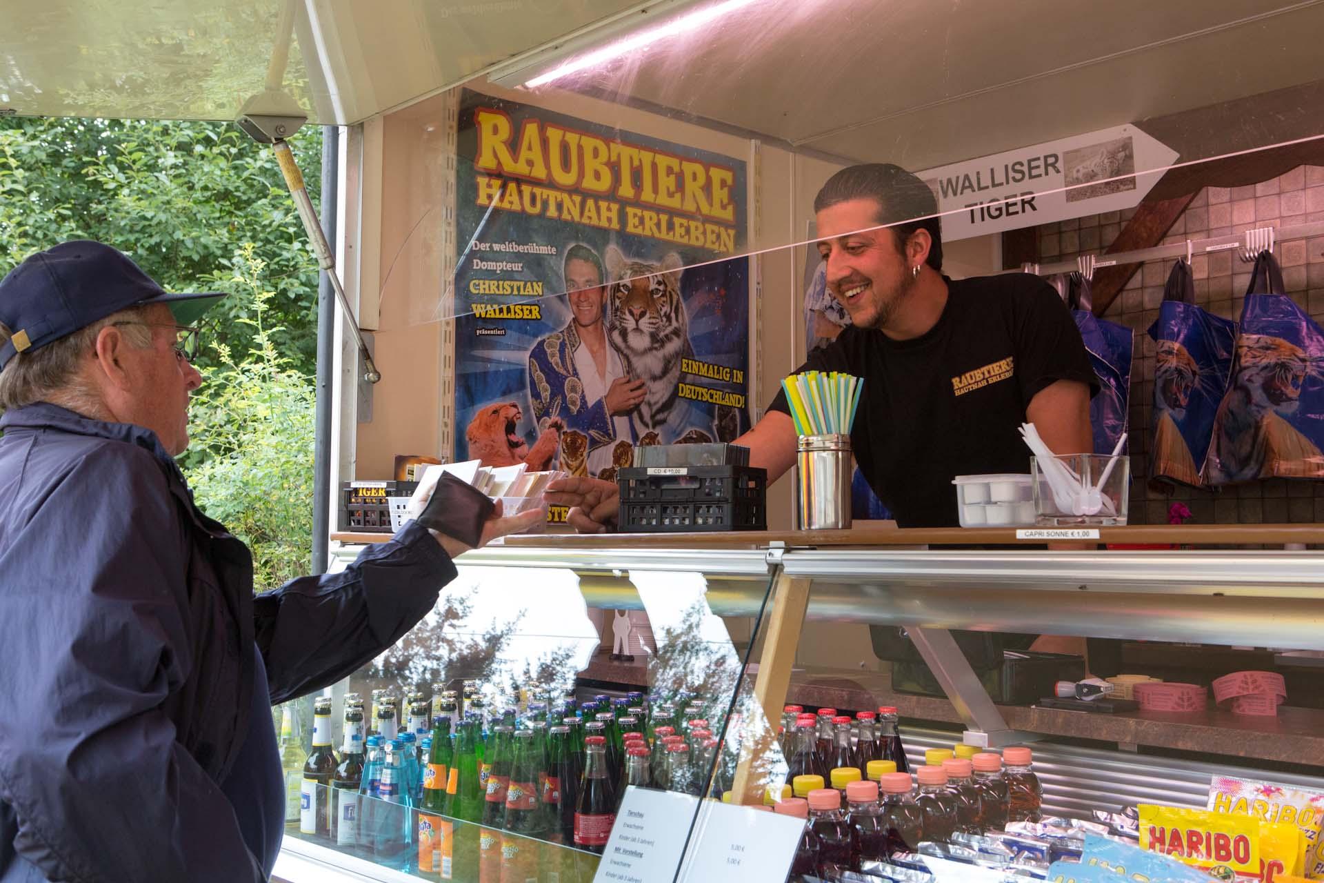 In Wallisers Raubtierhof auf dem alten Sägewerksgelände von Löffingen, Baden-Württemberg. Jan Walliser, der Moderator im Verkaufswagen des Raubtierhofes.