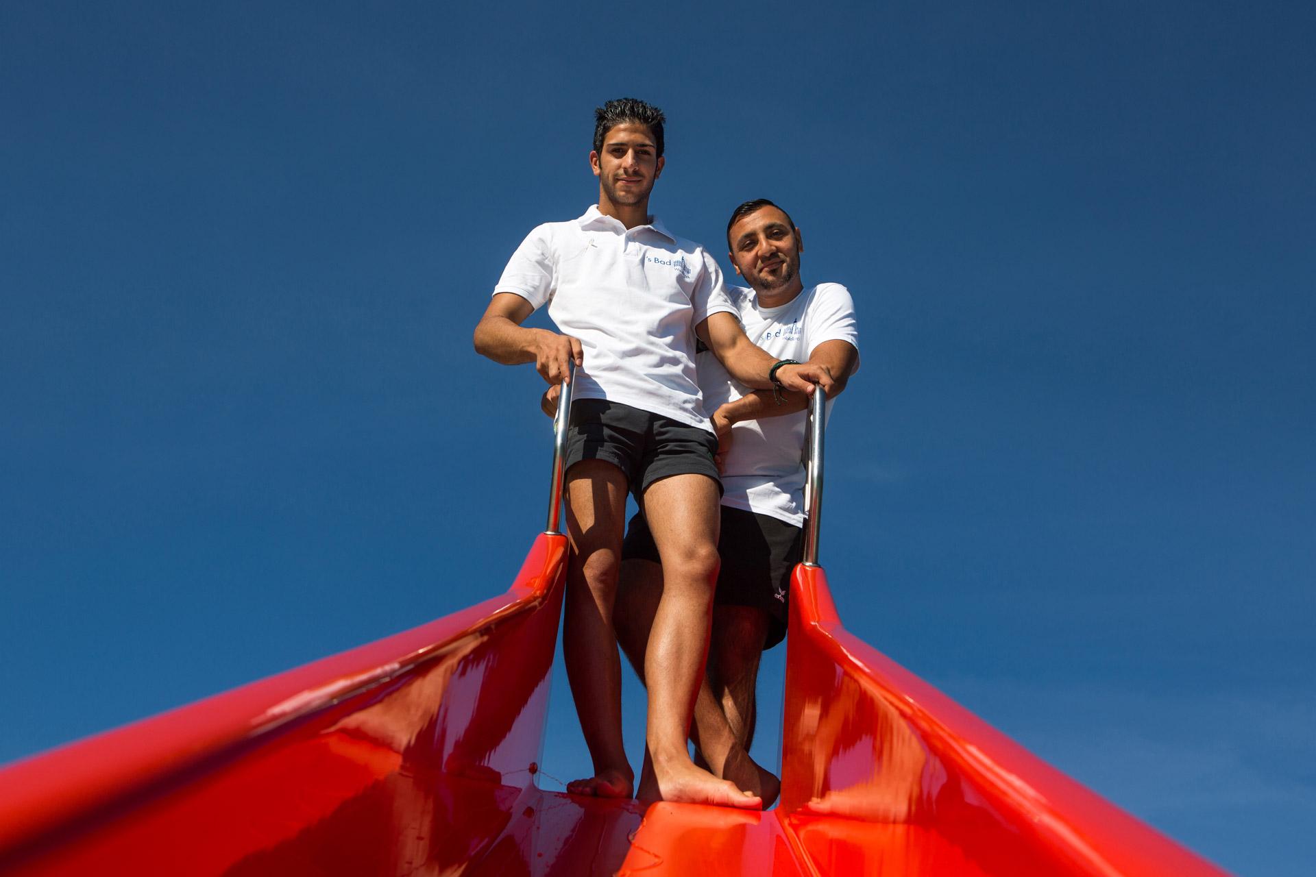 """Qusay Alkhafaji und Yasar Alansari arbeiten als Rettungsschwimmer. Trotz üblicher Diskussionen, werden die Flüchtlinge in Waldkirch gut angenommen -  """"Der Sprung ins kalte Wasser"""" taz. die tageszeitung 16.09.2016"""