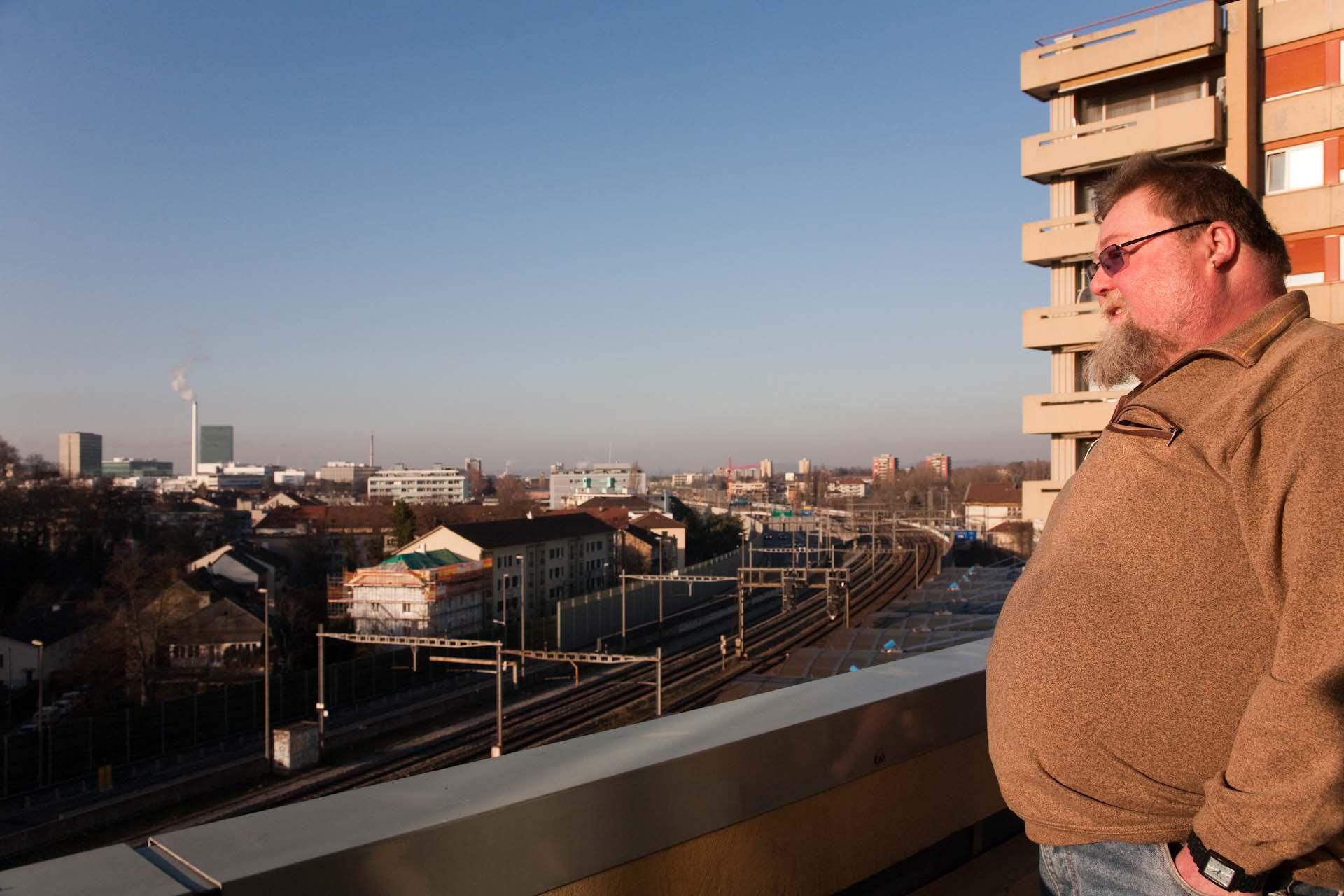 """""""Heute lebt Peter Weber in einem Hochhaus im 9. Stock."""""""