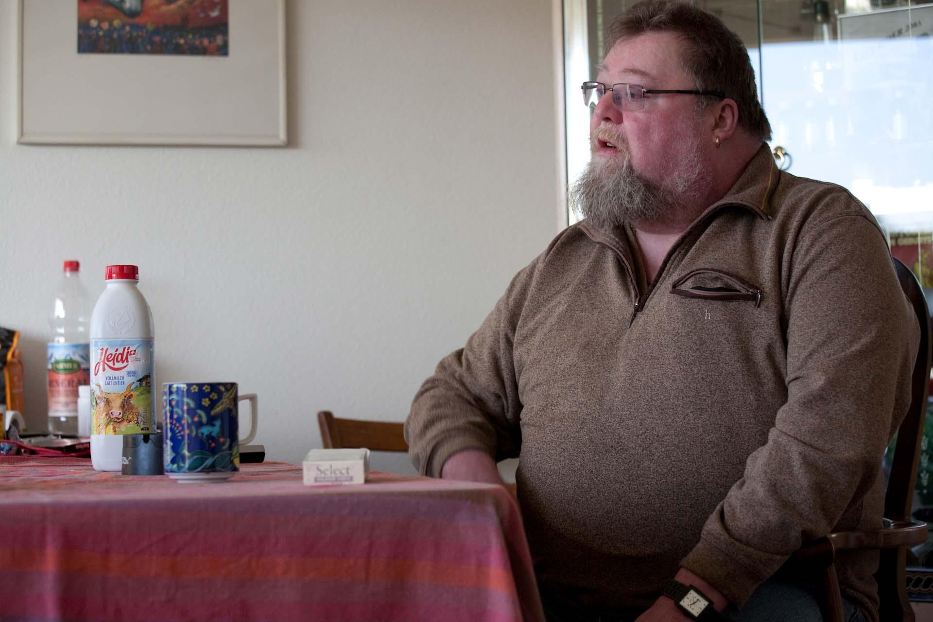 """""""Die Nachmittage verbringt er meist zu Hause, raucht eine Zigarette nach der anderen, trinkt zu viel Kaffee."""""""