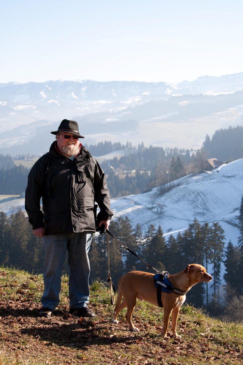 """""""Wenn er sich doch ins Emmental traut, dann nur auf einen der Bergrücken. Da steht er dann und schaut hinunter nach Langnau, das gemessen an der Einwohnerzahl inzwischen eine Stadt ist – aber lieber ein Dorf bleiben möchte."""" – Text: Paula Scheidt:  """"Das dunkle Tal seiner Kindheit"""""""
