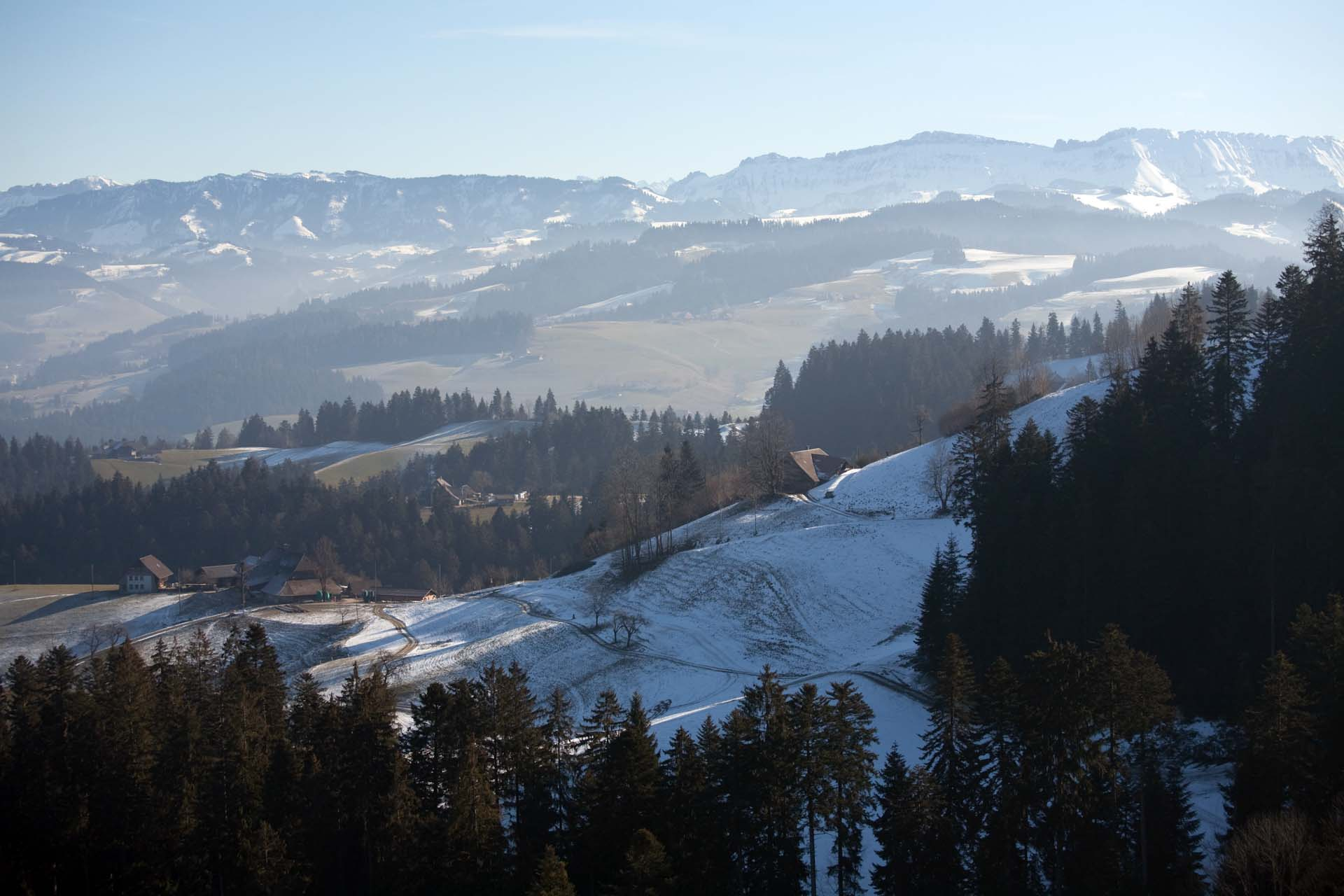 """""""Das schöne Dorf im Emmental. Der Hof Tannegg ist von hier oben nicht zu sehen. Alte, windschiefe Höfe ducken sich an die Hügel,unter Dächern, die fast bis zum Boden reichen, unverändert seit Jahrhunderten. Schnee liegt auf den Wiesen."""""""