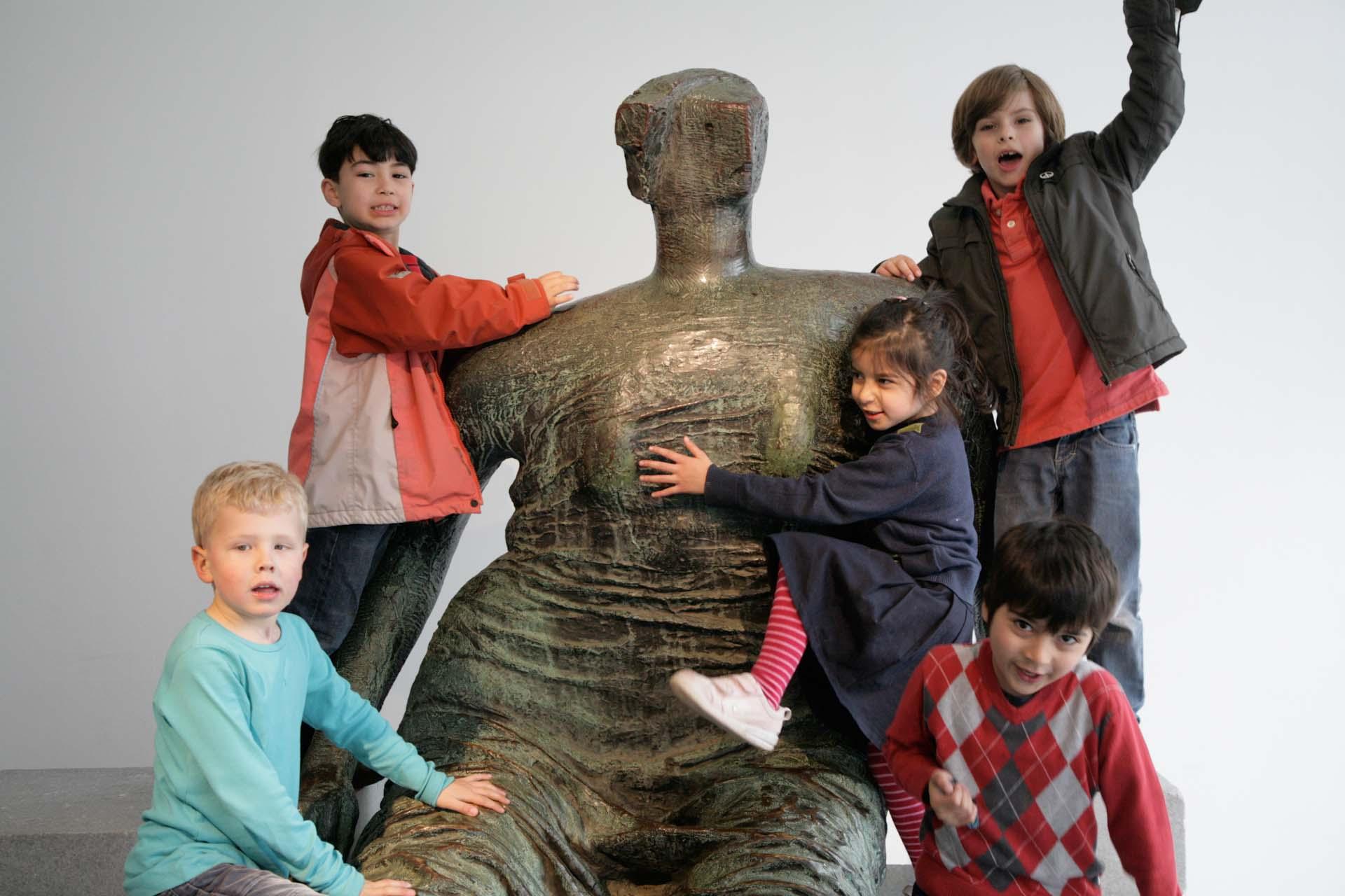Kinder tollen auf einem echten Henry Moore im Foyer der renovierten Schwimmoper