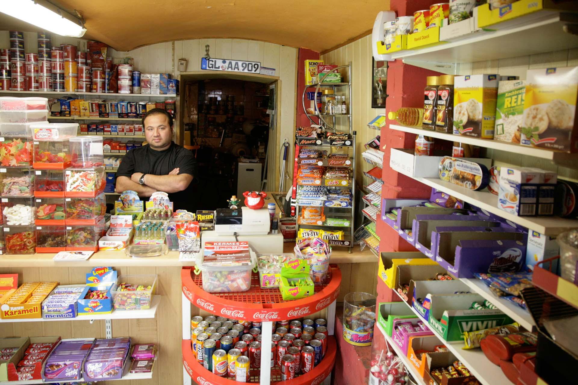 Der aus Bergisch-Gladbach stammende Murat fühlt sich wohl in Wuppertal und betreibt diesen winzigen Kellerkiosk in der Friedrich-Ebert-Str., einer von vielen türkischstämmigen Wuppertalern bewohnter Stadtteil. Den Laden betreibt Murat alleine, wobei der Verdienst eher schlecht als recht zum Leben reicht.