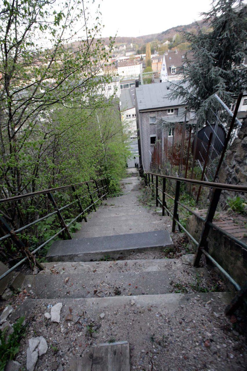 Neben manchen vorbildlich restaurierten Altbauten fehlt das Geld oft für Infrastruktur, wie für manche alte Treppen wie diese, welche aus Sicherheitsgründen für die Fußgänger gesperrt wurde