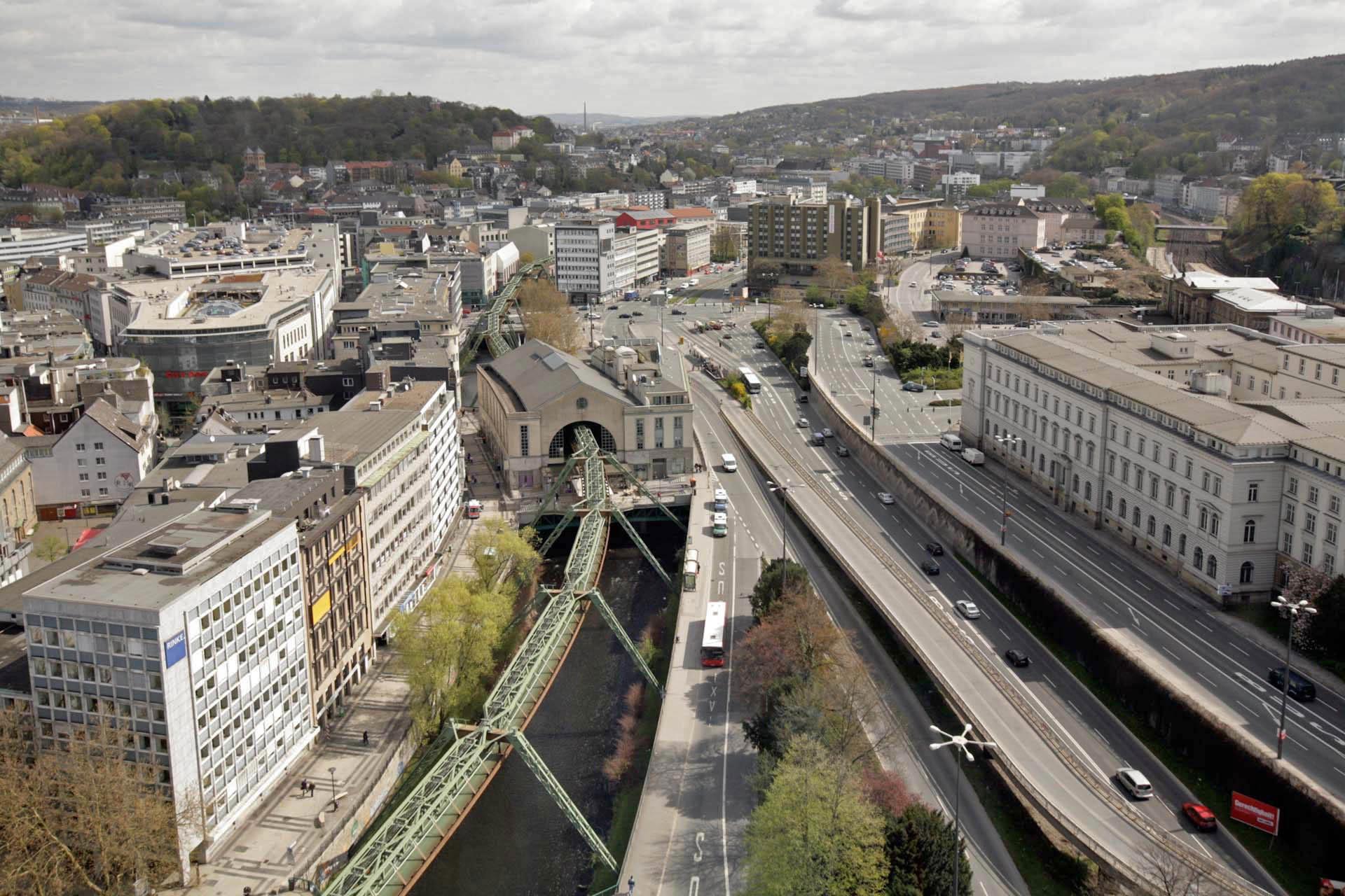 Der Döppersberg ist einer der wichtigsten Verkehrsknotenpunkt in Wuppertal-Elberfeld. Hier befindet sich der Hauptbahnhof der Stadt, die wichtigste Haltestelle der Schwebebahn, sowie das südliche Ende der Elberfelder Fußgängerzone. Zurzeit wird der Bereich komplett neu gestaltet.