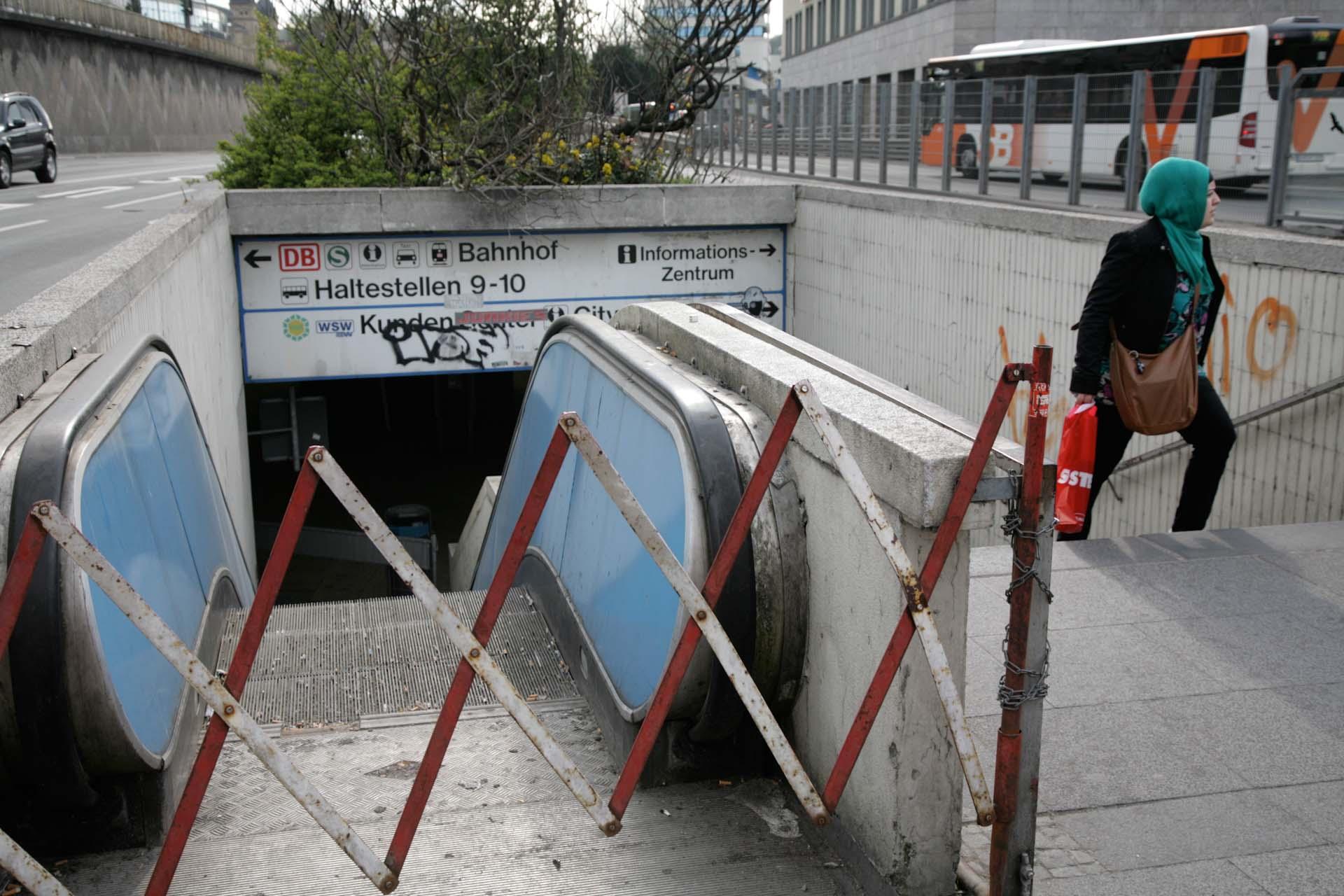 Die Rolltreppen zur Döppersberg-Unterführung, Synonym für jahrelangen Stillstand und Verfall der hochverschuldeten Stadt