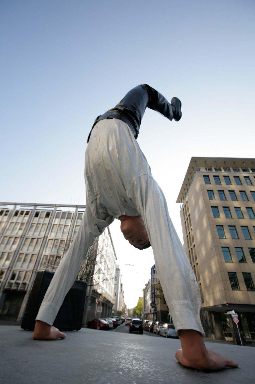 """Inspiration für Wuppertals Zukunft, die lebensgroße Bronzeskulptur """"Ein neuer erfolgreicher Tag"""" von Guillaume Bijl am Casino-Kreisel in Elberfeld"""