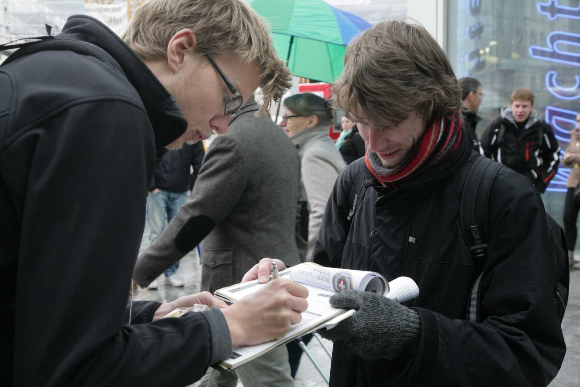 Letztlich kommen 126.000 Unterschriften zusammen, die müssen am Ende bei den entsprechenden kantonalen Heimatgemeinden der Unterzeichnenden vorgelegt und amtlich beglaubigt werden