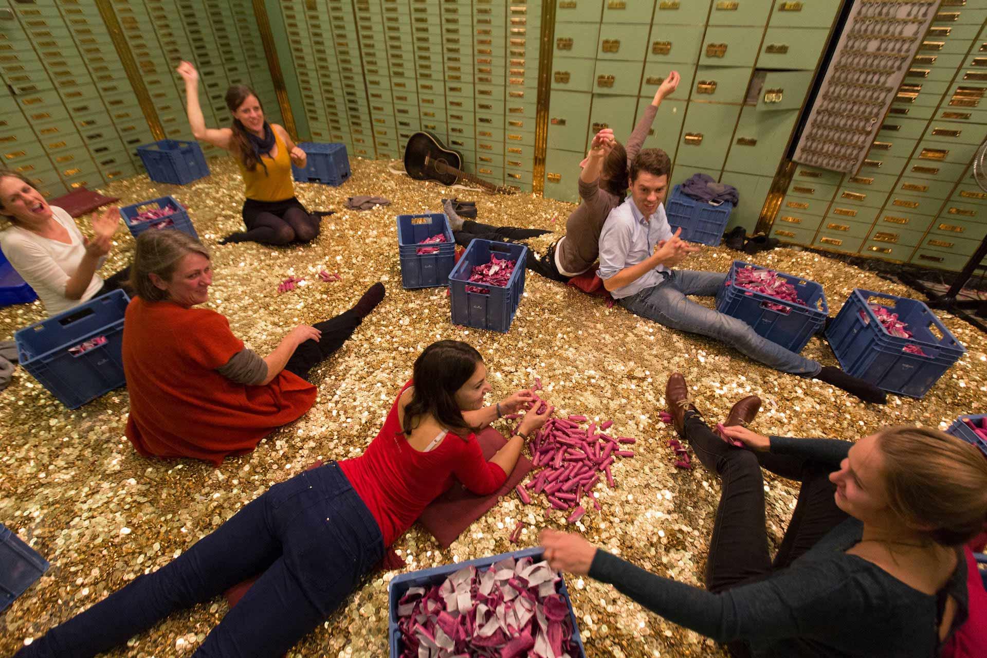 Fleissige Unterstützer der Volksinitiative schälen im Safe des 'unternehmen mitte' in der Stadtmitte von Basel, viele Tage lang aus über 160.000 Geldrollen á 2,50 CHF, ca. 15 Tonnen Münzen