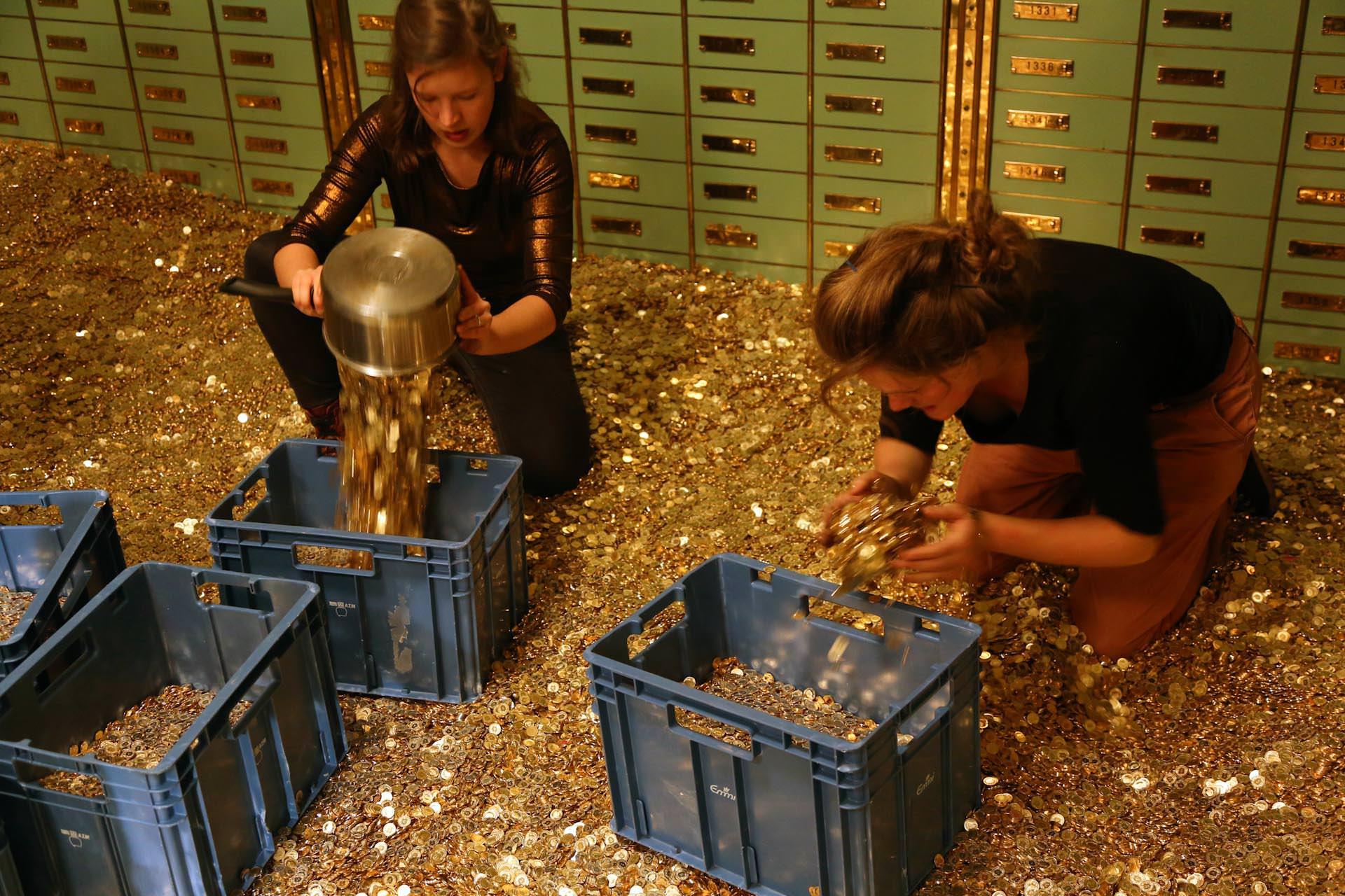Dann müssen die Münzen kistenweise aus dem Tresor transportiert werden...