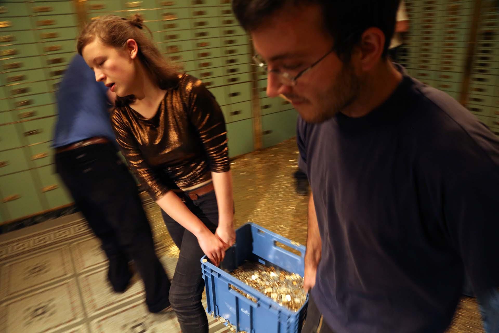 Tonnenweise Münzen müssen aus dem Keller getragen, in große Transportsäcke umgefüllt und anschließend in einen LKW gekippt werden