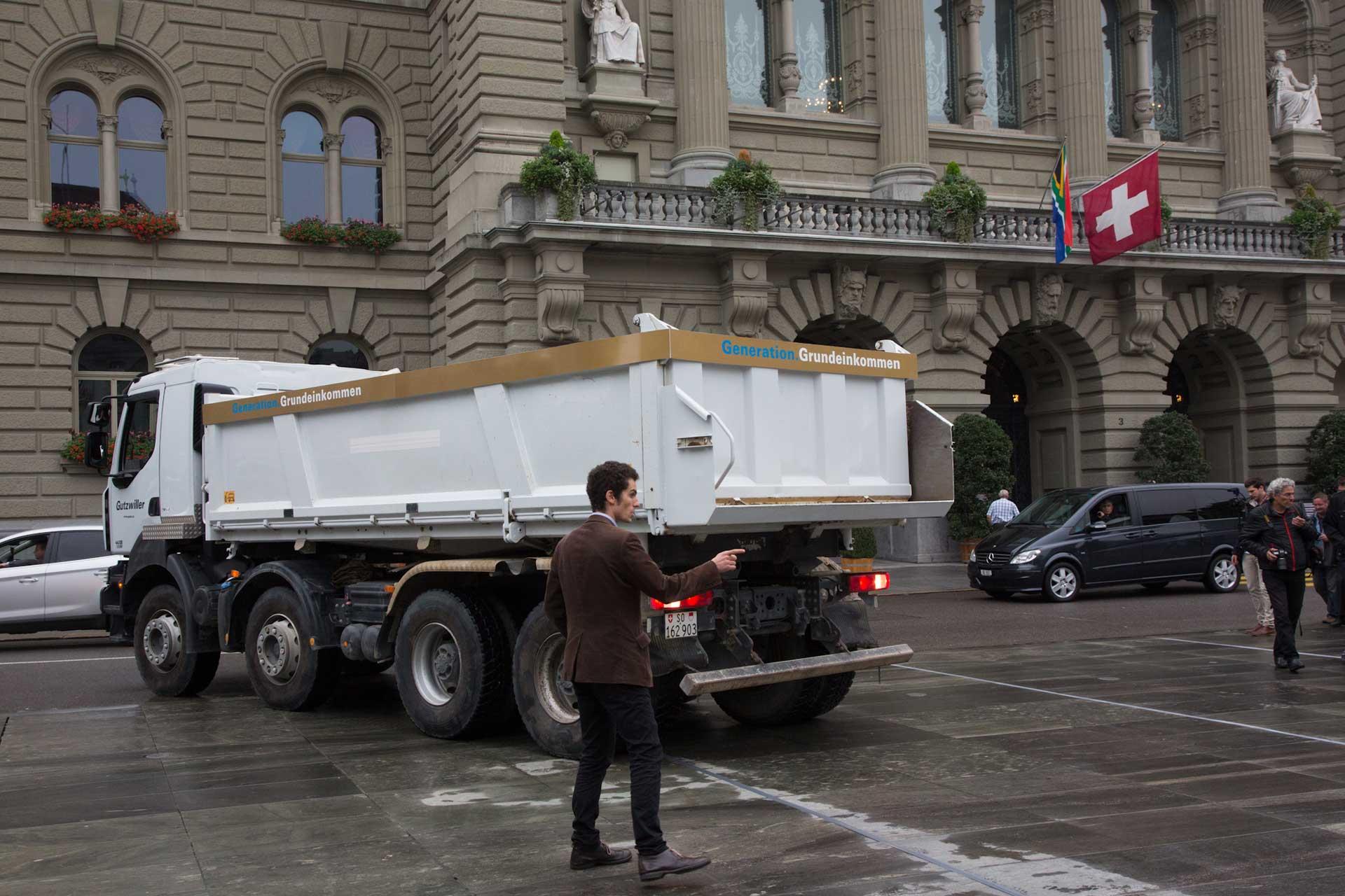 ...vor dem Bundhaus in Bern an. Che Wagner, der die Idee dazu hatte, weisst den Fahrer ein