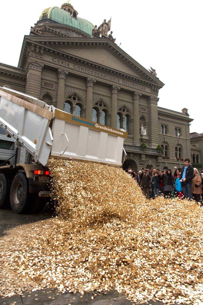 Ein großes Erfolgserlebnis: als der LKW die 8.000.000 Münzen am Freitag dem 04. Oktober 2013 auf dem Bundesplatz in Bern ausschüttet. Die symbolische Aktion begleitet die Übergabe der 126.000 Unterschriften, welche die Initiative anschließend im Bundeshaus einreichen wird
