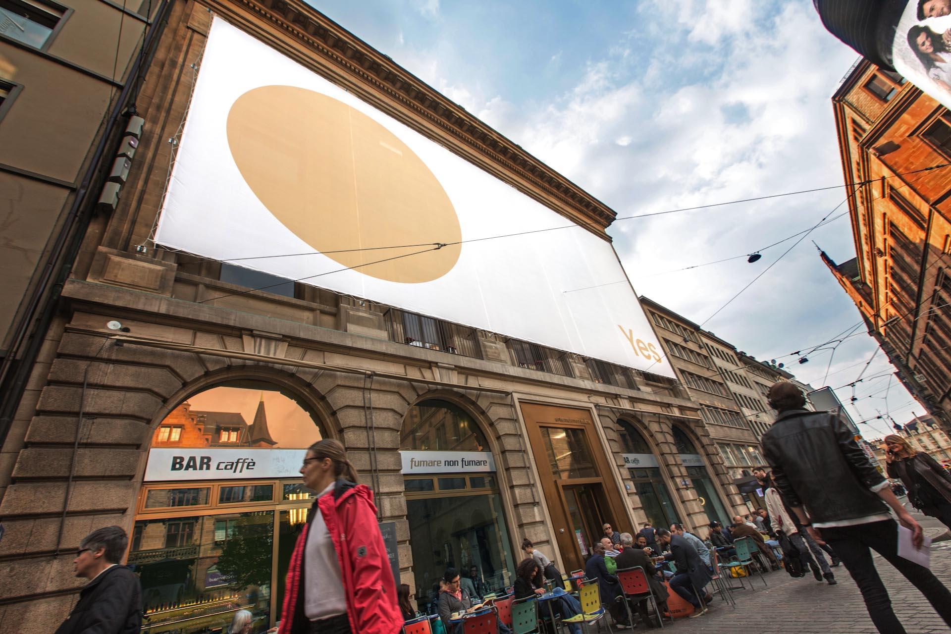 """Das riesige Kampagnenposter auf der Fassade des """"unternehmen mitte' in Basel"""