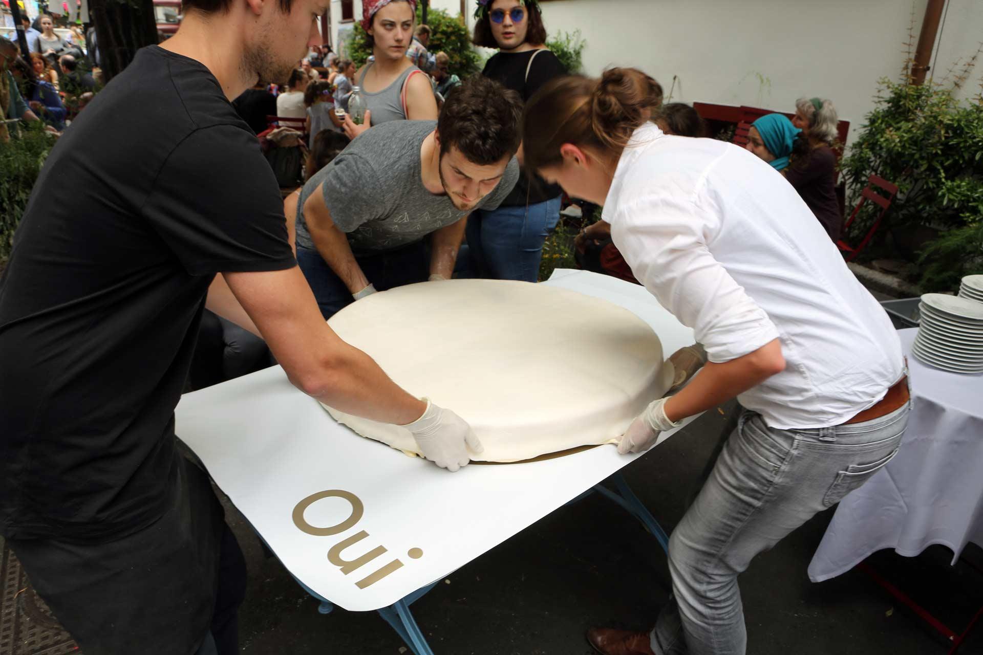 Wieder ein kleines Volksfest, JA, SI, OUI, ein großer Kuchen