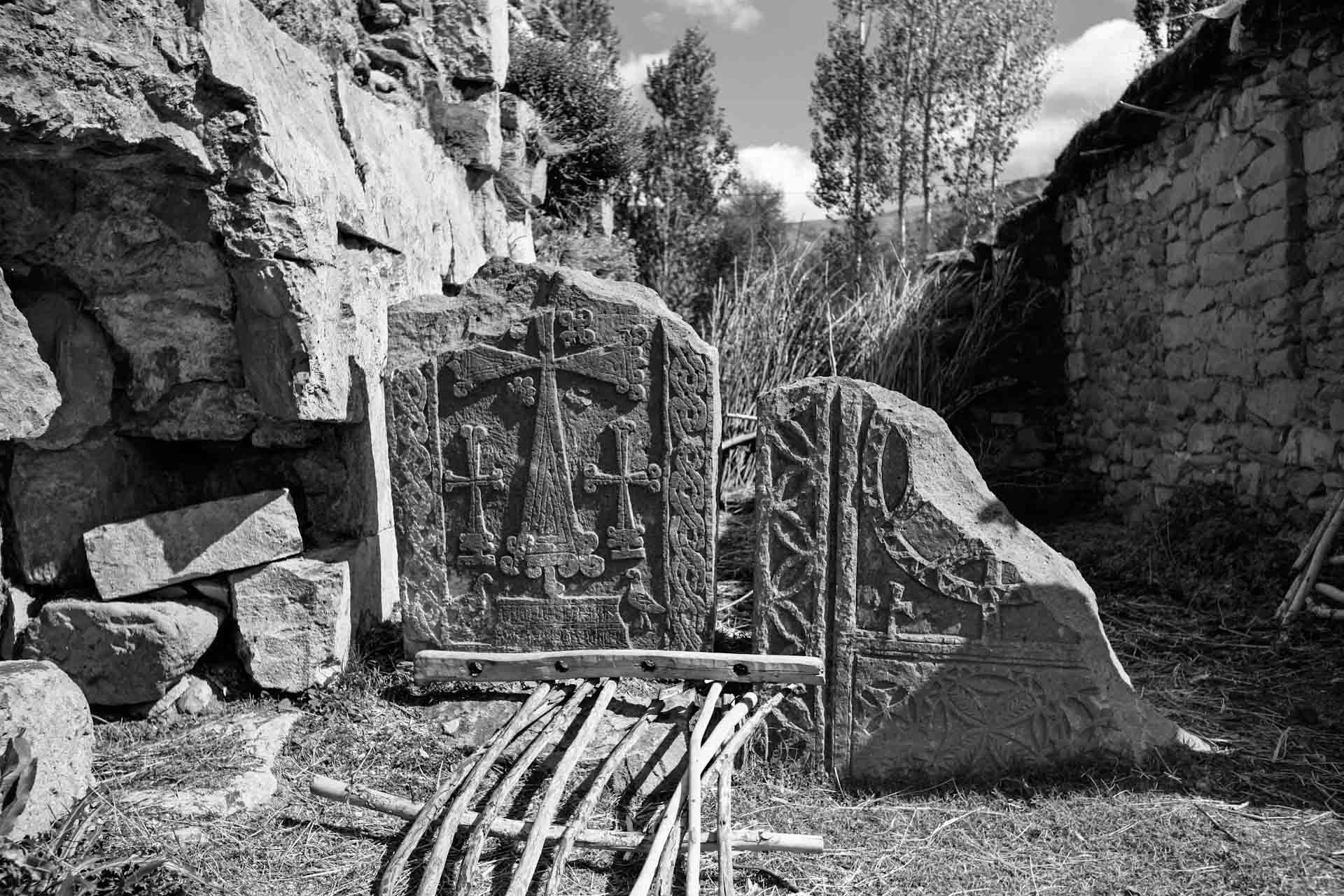 Zerstörte armenische Chatschkare, auch Kreuzsteine genannt, in einem ehemals armenischen Dorf in der Nähe von Bitlis.