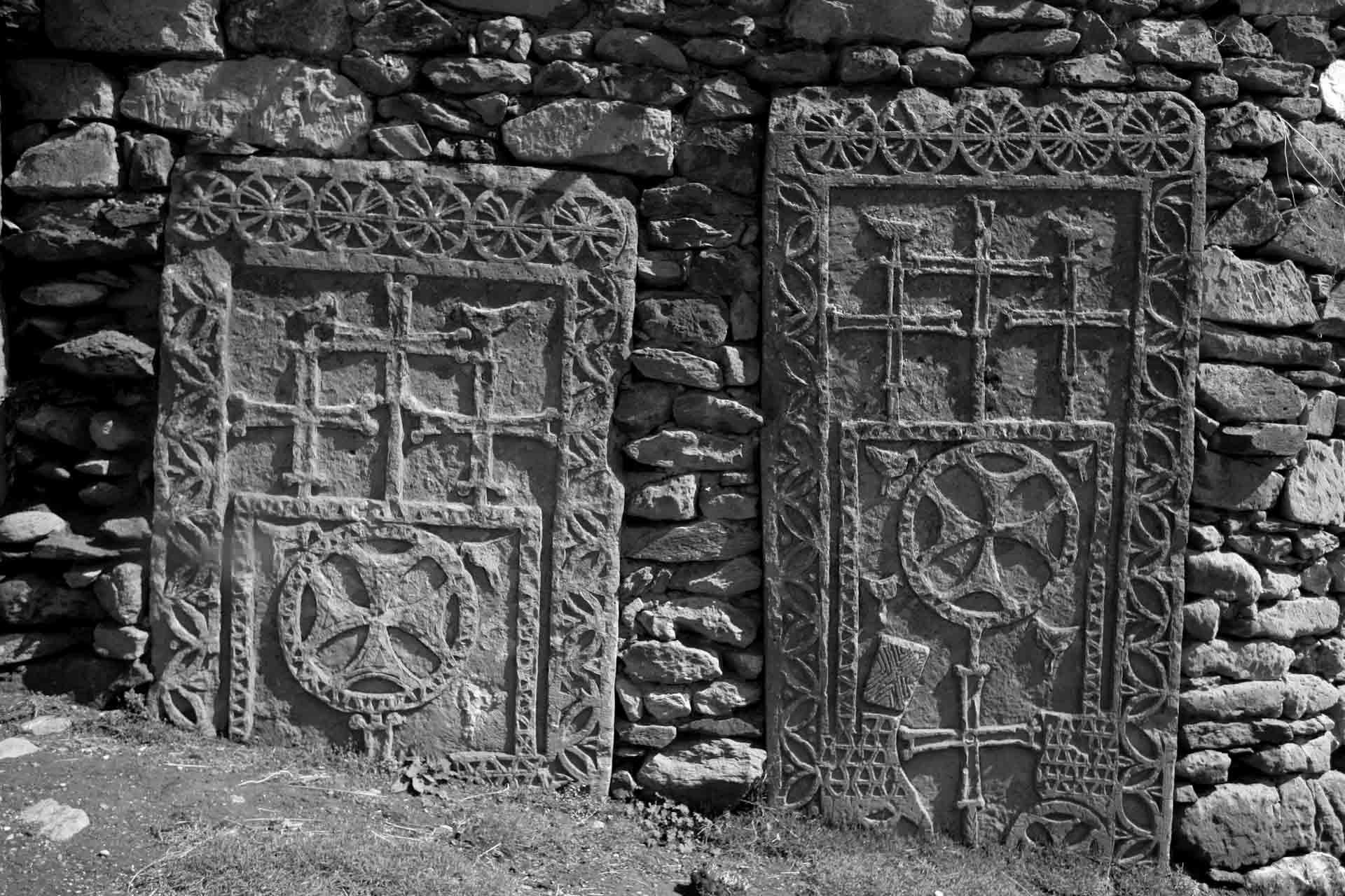 """""""Stilistisch sind diese Khatchkars sehr markant. Leider ist es wegen der fast vollständigen Zerstörung der mittelalterlichen armenischen Friedhöfe im Osten der Türkei in der Zeit nach dem Völkermord schwierig, sie in einen lokalen, regionalen oder nationalen Kontext zu stellen. Sie unterscheiden sich nicht nur deutlich von den Khatchkars in anderen Teilen Armeniens, sie unterscheiden sich auch im Design sehr von den noch existierenden Khatchkars aus der östlichen Hälfte des Van-Sees, wie z.B. auf der Insel Akdamar oder im Kloster Saint Argelan bei Muradiye. Die weit verbreitete Darstellung von Vögeln und Fischen auf diesen Khatchkars ist ungewöhnlich, und auch die Verwendung von maltesischen Kreuzen, scheint auf Motive zurückzugehen, die in armenischen christlichen Denkmälern aus viel früheren Zeiten gefunden wurden."""""""