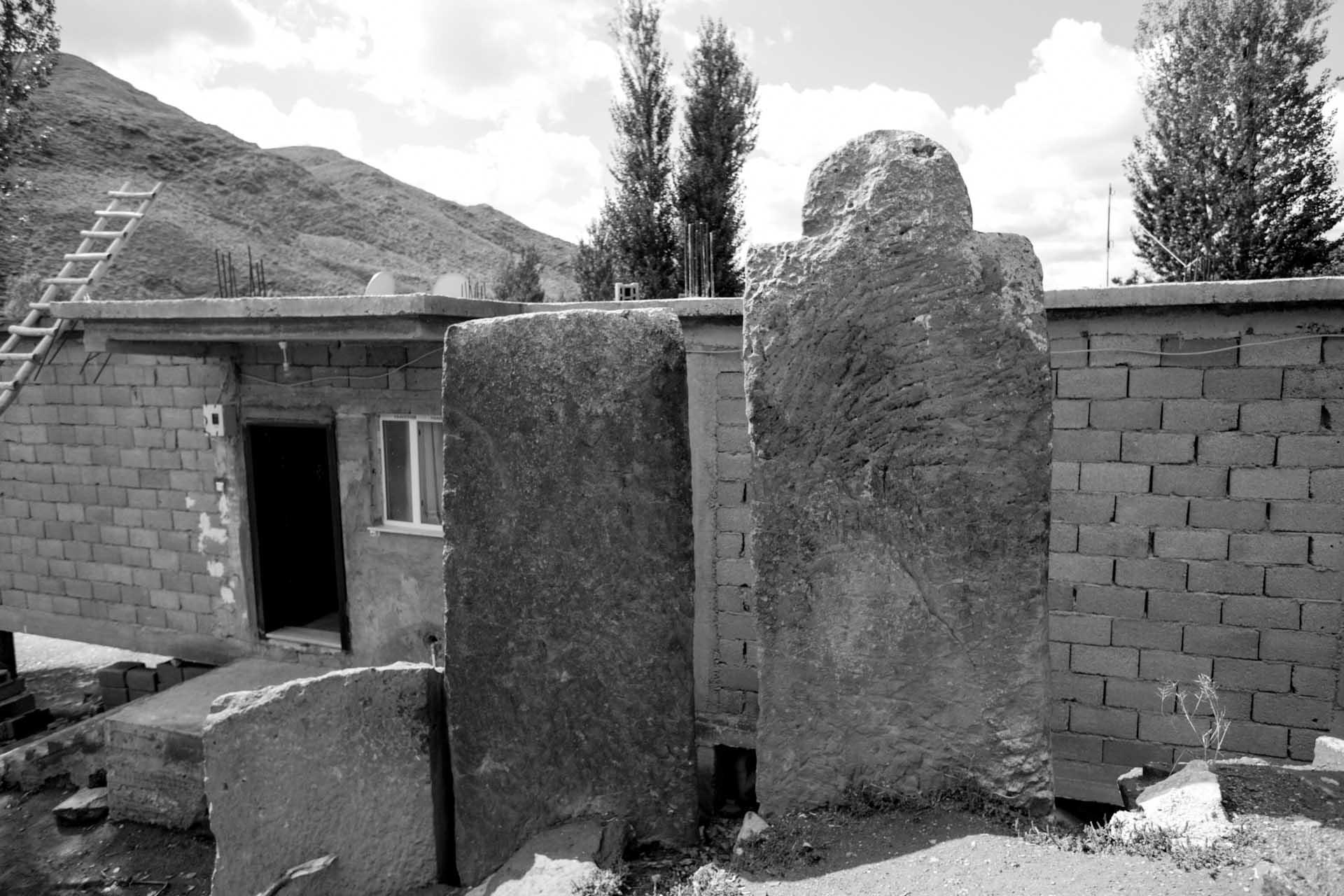 ...und wie dicht das neue Haus an die Steine gebaut wurde.