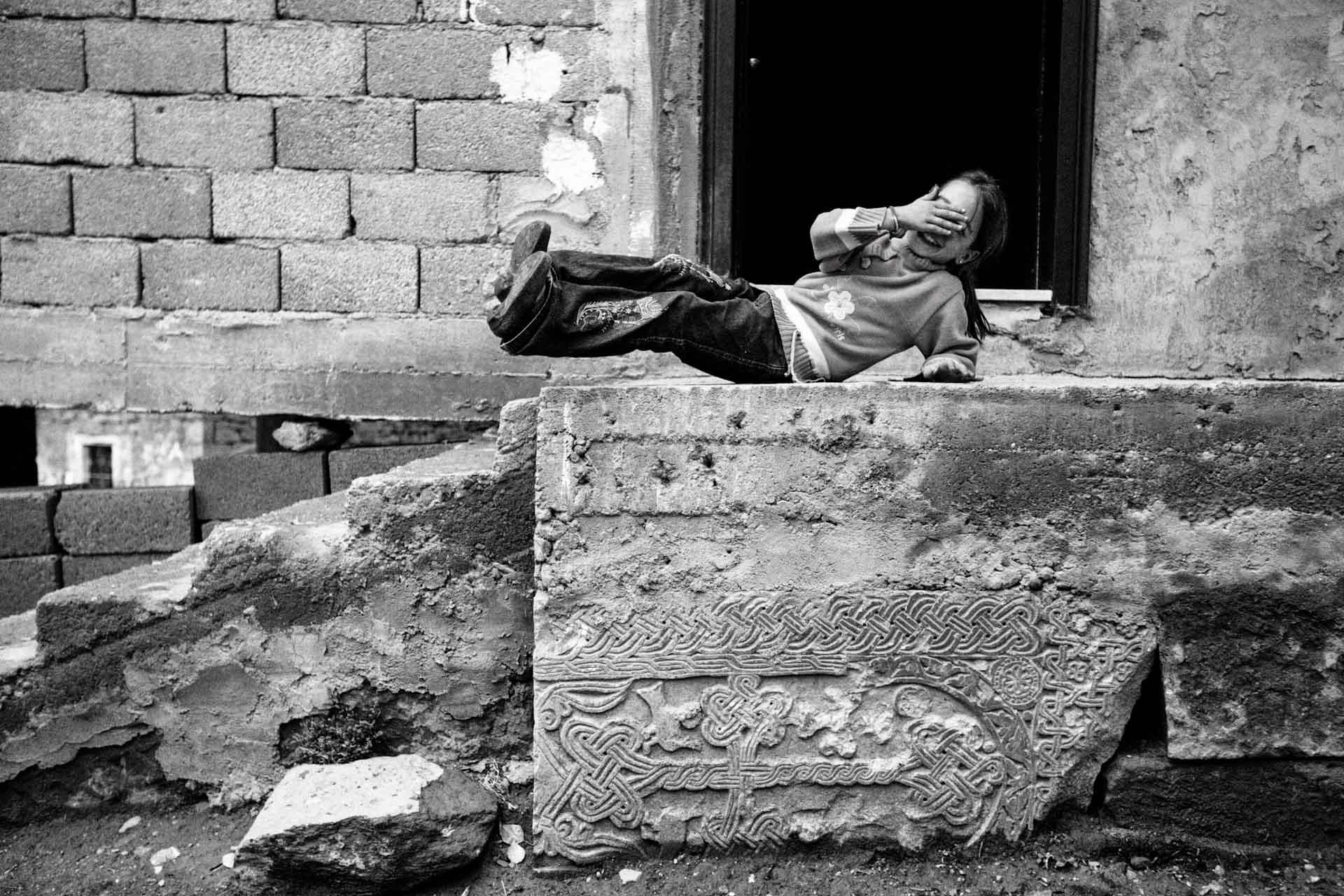 Wie gering der Respekt bzw. das Wissen über die armenische Kultur bei den jetzigen Bewohnern ist, zeigt der Umgang mit diesem Kreuzstein, der ins Treppenfundament einbetoniert wurde...