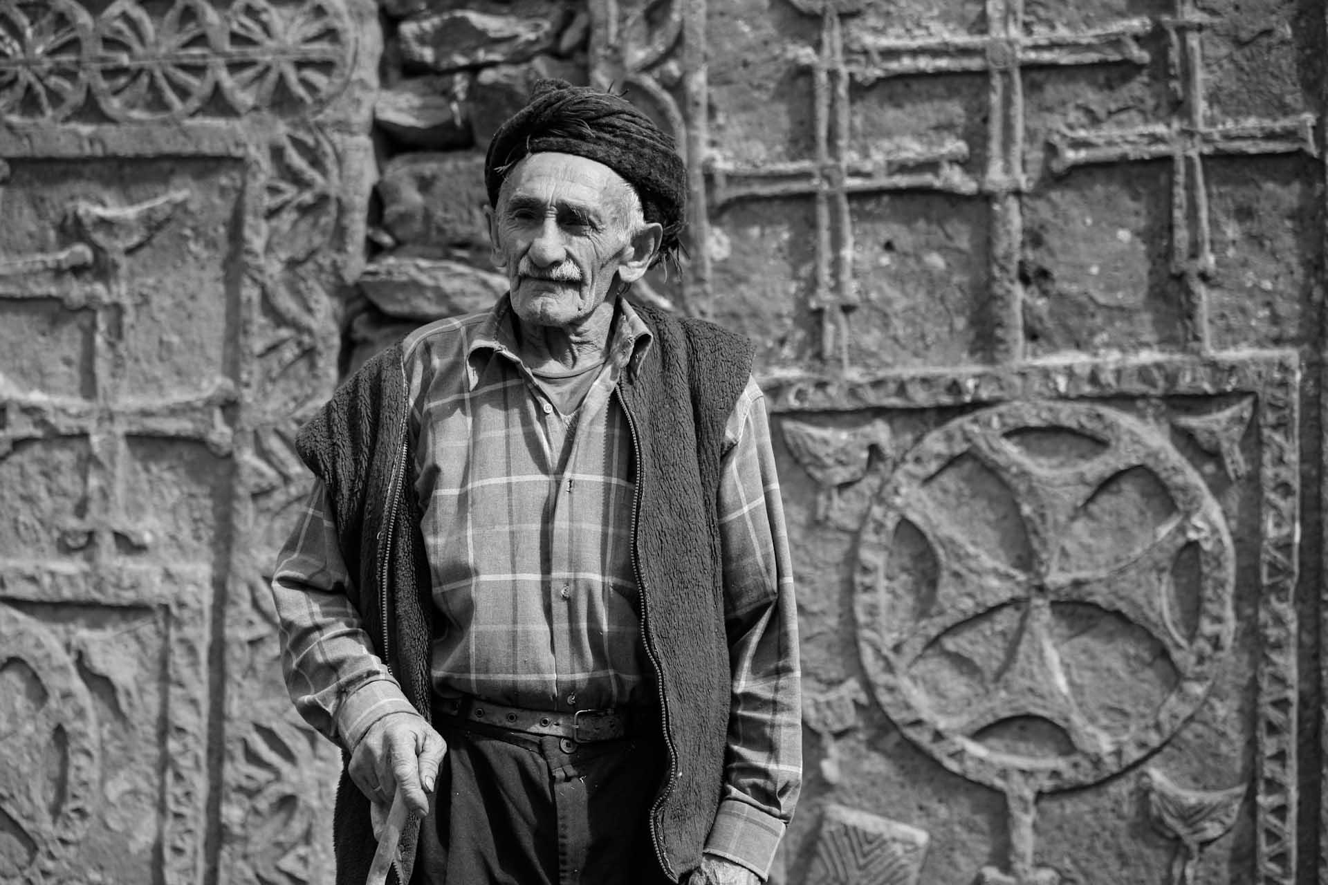 Der Dorfälteste und alte Herr der kurdischen Sippe, die heute die Häuser direkt neben der ehemaligen Kirche bewohnt.