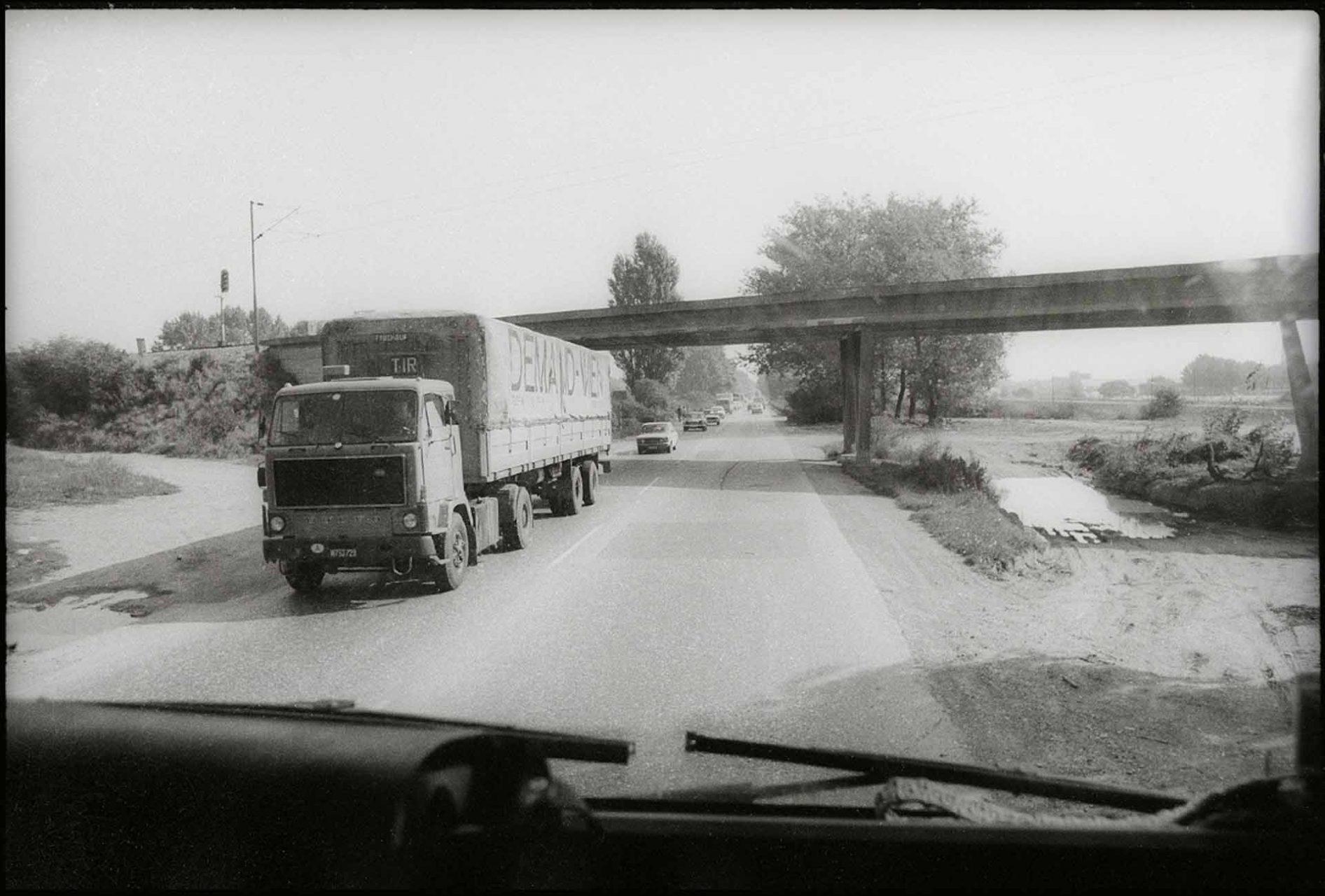 Eine schier endlose Fahrt durch Jugoslawien beginnt, über den mörderischen, völlig überlasteten Autoput. Der gesamte Verkehr nach Asien, Türkei, Iran, Naher Osten und Griechenland läuft über diese streckenweise nur zweispurige Landstrasse
