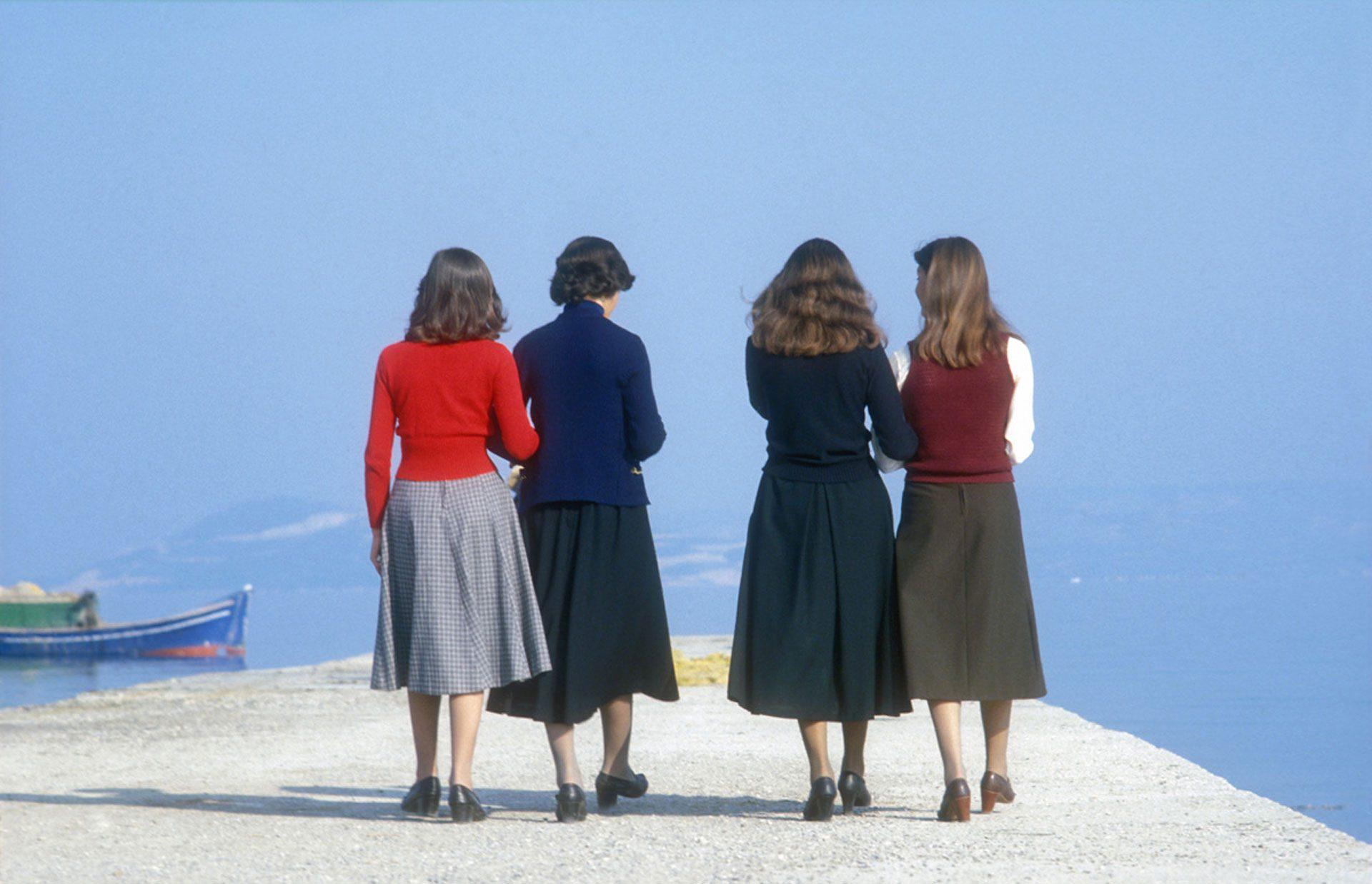 Im Gegensatz zur zurückliegenden Tortur, erscheint die nordgriechische Grenze fast wie das Tor zum Paradies. Es ist warm geworden, die Luft ist gut, es duftet nach Zypressen, bald taucht leuchtend blau das Meer auf...