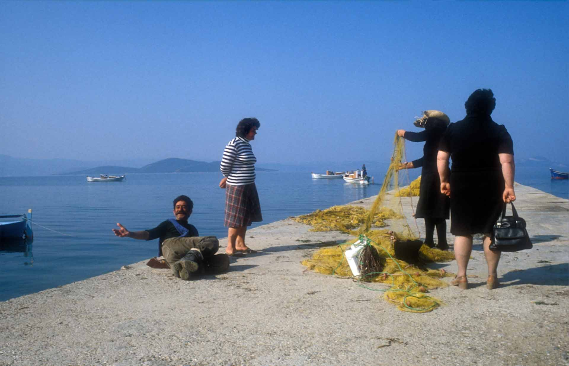 Palaver auf der Hafenmole, während die Netze vom morgendlichen Fang gereinigt werden