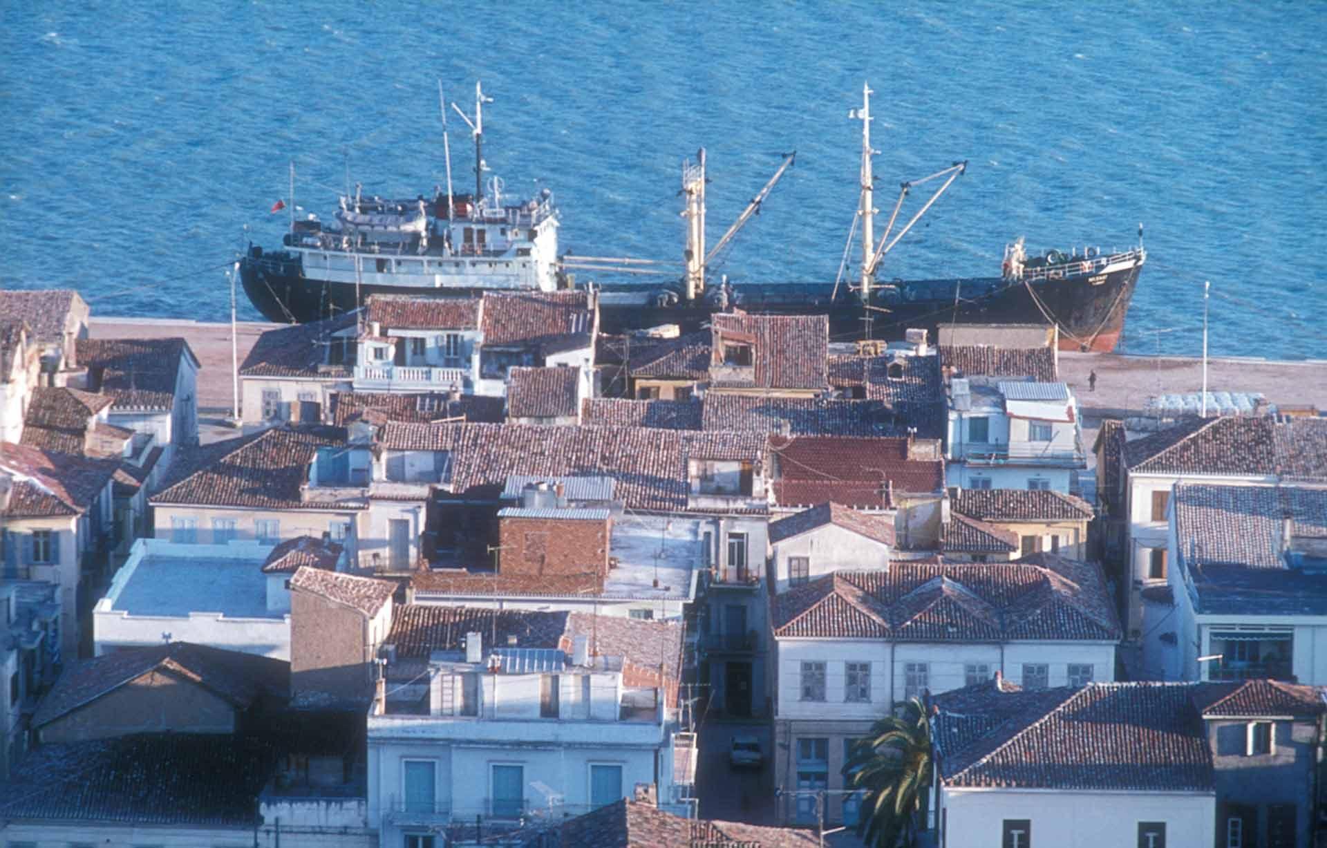 Nafplio, ein Blick von der Festung hinunter auf die Hafenmole