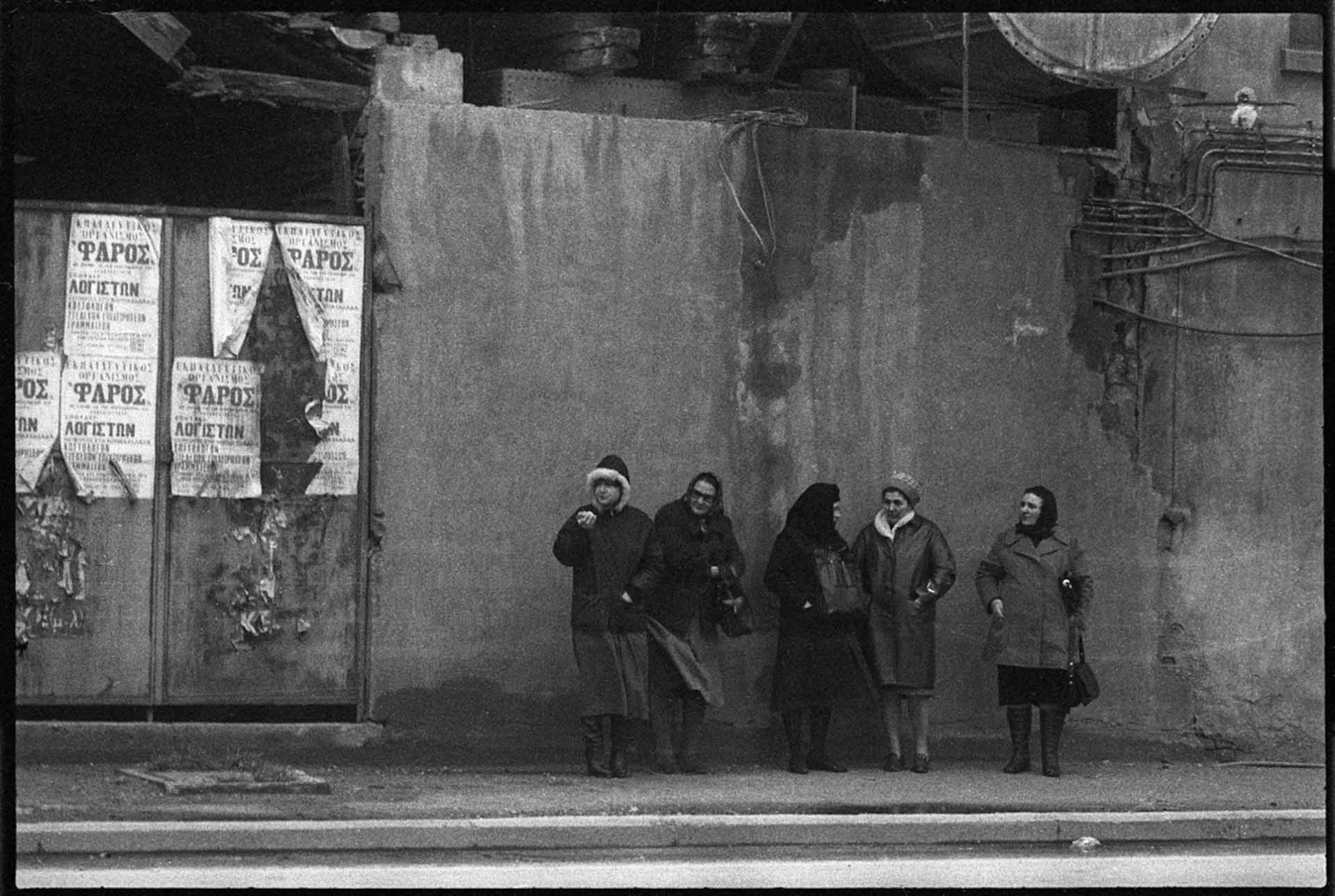 Irgendwo im Nirgendwo von Nordgriechenland warten Frauen auf den Bus