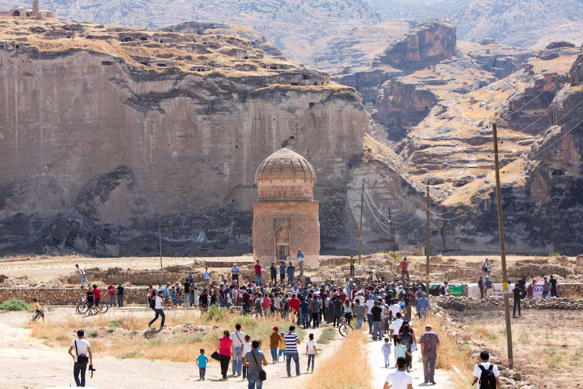 Im Oktober 2015 reisten über 500 Mitglieder verschiedener Umweltgruppen aus Anatolien nach Hasankeyf. Der kleine Ort zwischen dem Tigris und den Klippen des gebirgigen Plateaus des Tur Abdin ist für sie ein Symbol. Hasankeyf steht aus ihrer Sicht für eine verfehlte Energie- und Umweltpolitik der Türkei. Und für eine Jahrtausende alte Geschichte.