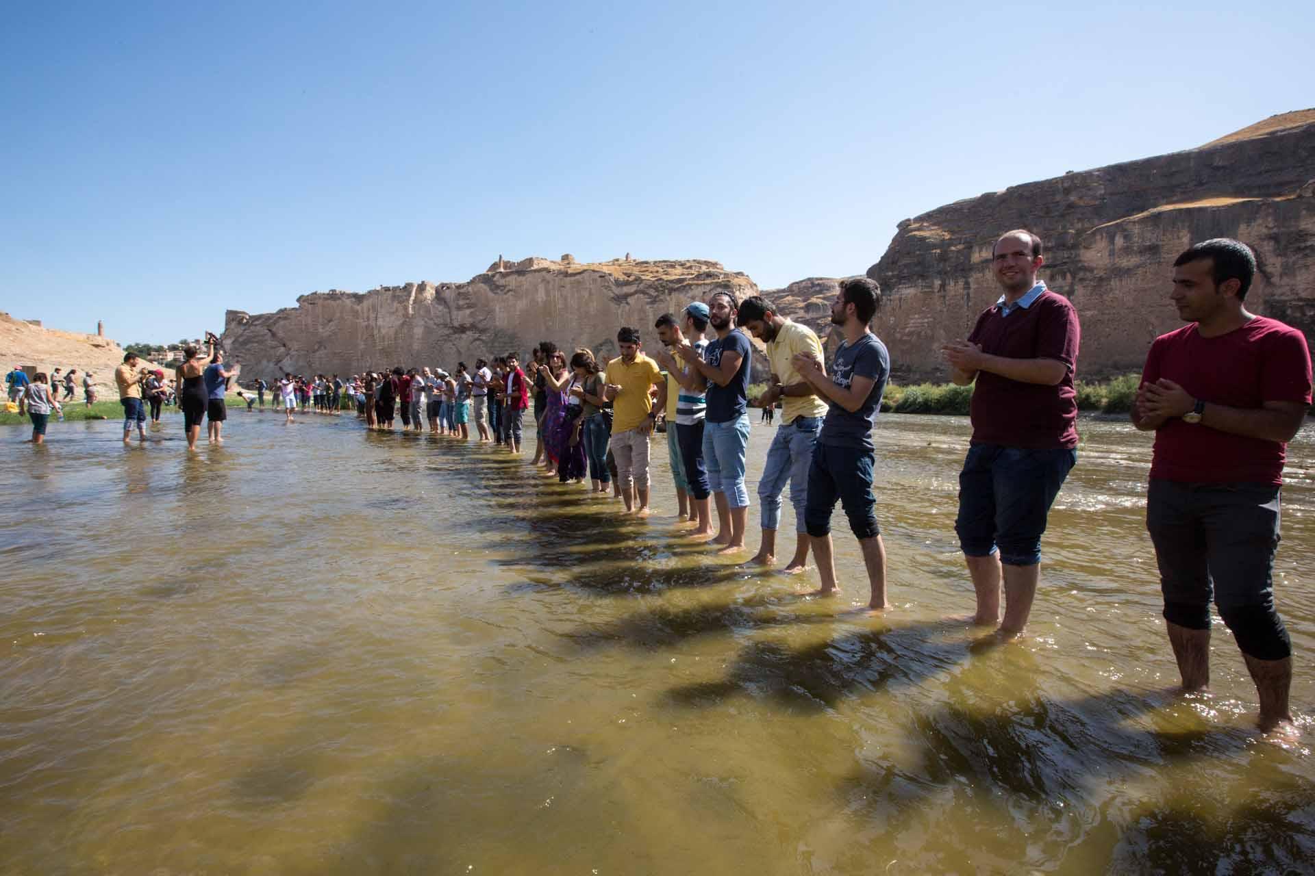 Umweltaktivisten und Gegner aus der ganzen Osttürkei bilden  tanzend und singend eine Menschenkette im Tigris...