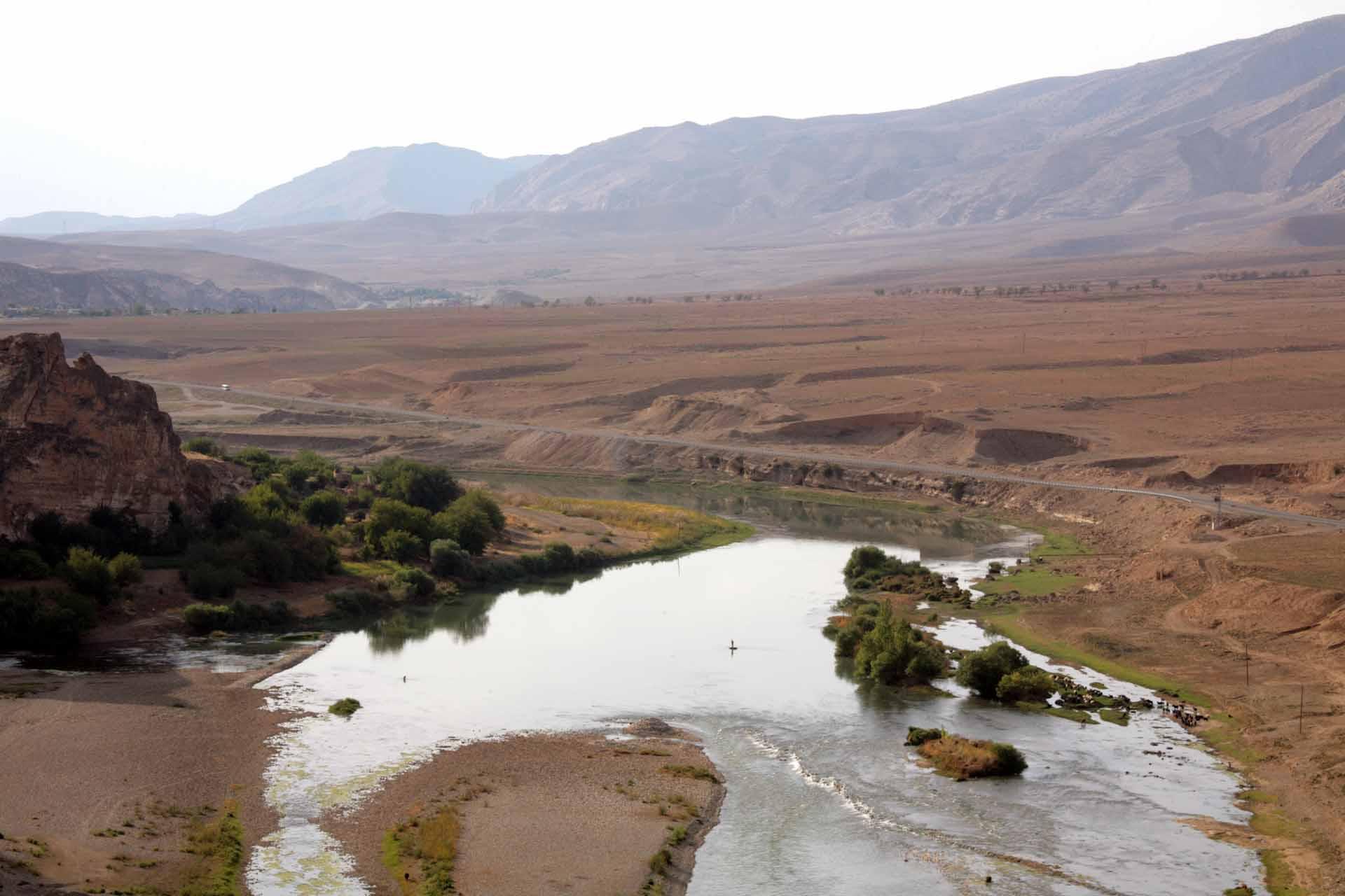 Mesopotamien oder Zweistromland, kurdisch/türkisch Mezopotamya, die Kulturlandschaft in Vorderasien, welche durch die großen Flusssysteme des Euphrat und Tigris geprägt wird, gehört es zu den wichtigen kulturellen Entwicklungszentren des Alten Orients.