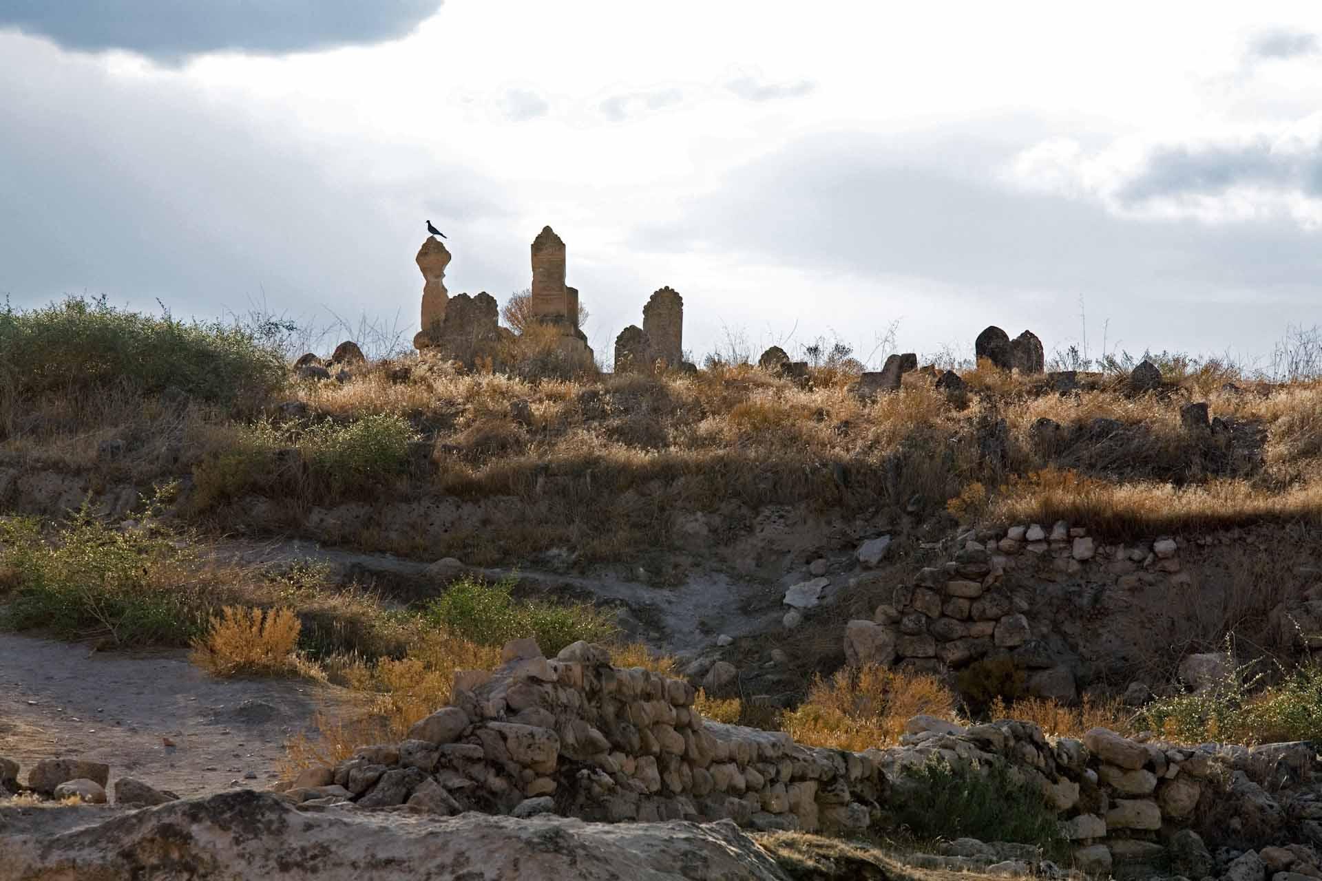 Alte Grabsteine und Begräbnisfelder auf dem früher dicht besiedelten Felsen von Hasankeyf.