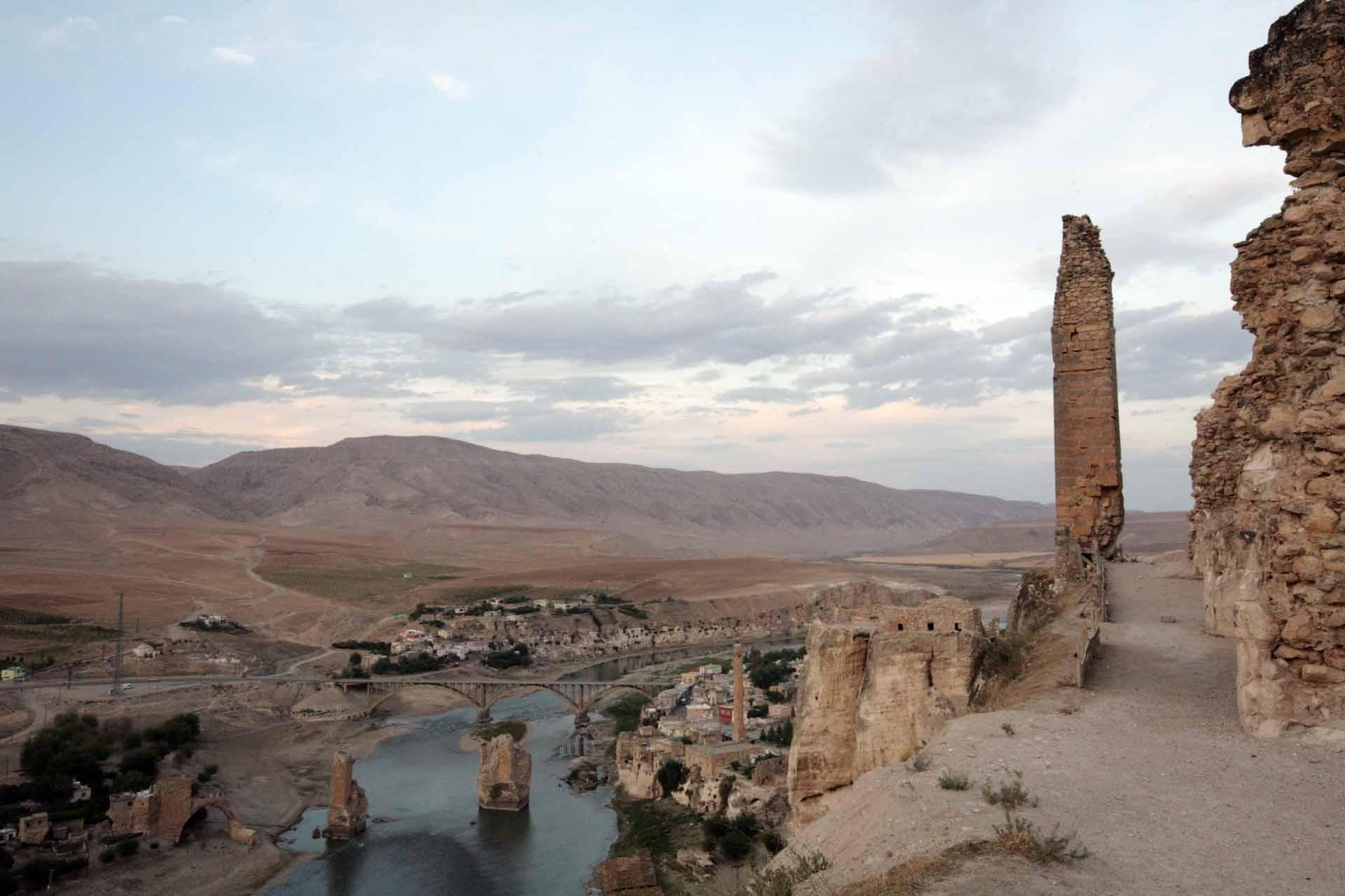 In Ilisu, rund 70 Kilometer von Hasankeyf entfernt, wird ein gigantischer Damm aus Landmasse erricht – ein Stöpsel, der das Tal des Tigris auf einer Fläche von 313 Quadratkilometern, wie eine riesige Badewanne volllaufen lassen wird.