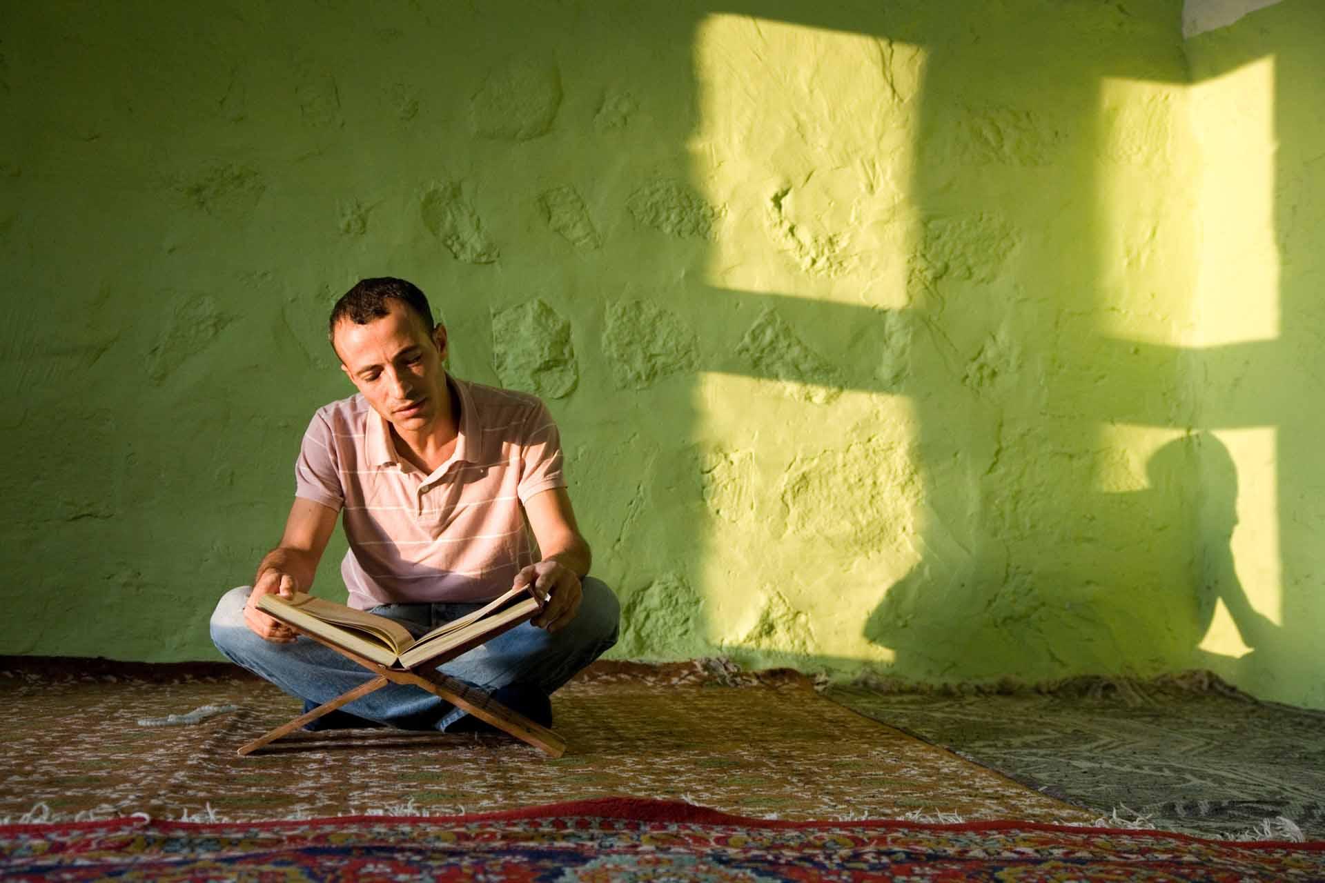 In der Moschee der alten Stadt Hasankeyf liest ein junger Mann während des Ramazan (Ramadan) im Koran. Nach Fertigstellung des Ilisu-Staudamms, wird die Spitze des Minaretts dieser Moschee noch einen Meter aus den Fluten ragen.