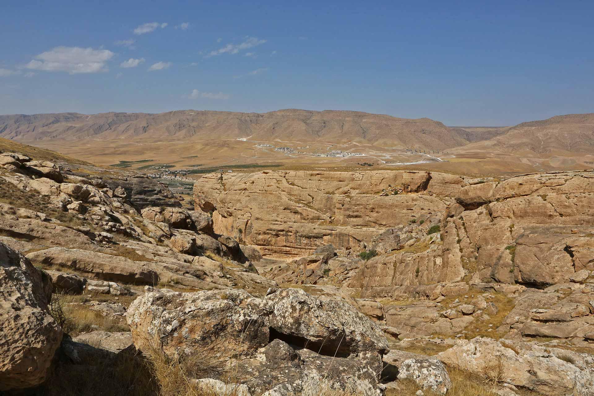 Am gegenüberliegenden Berghang liegt Yeni-Hasankeyf und die noch im Bau befindliche neue Straße, welche oberhalb des Stausees entlang führen wird...